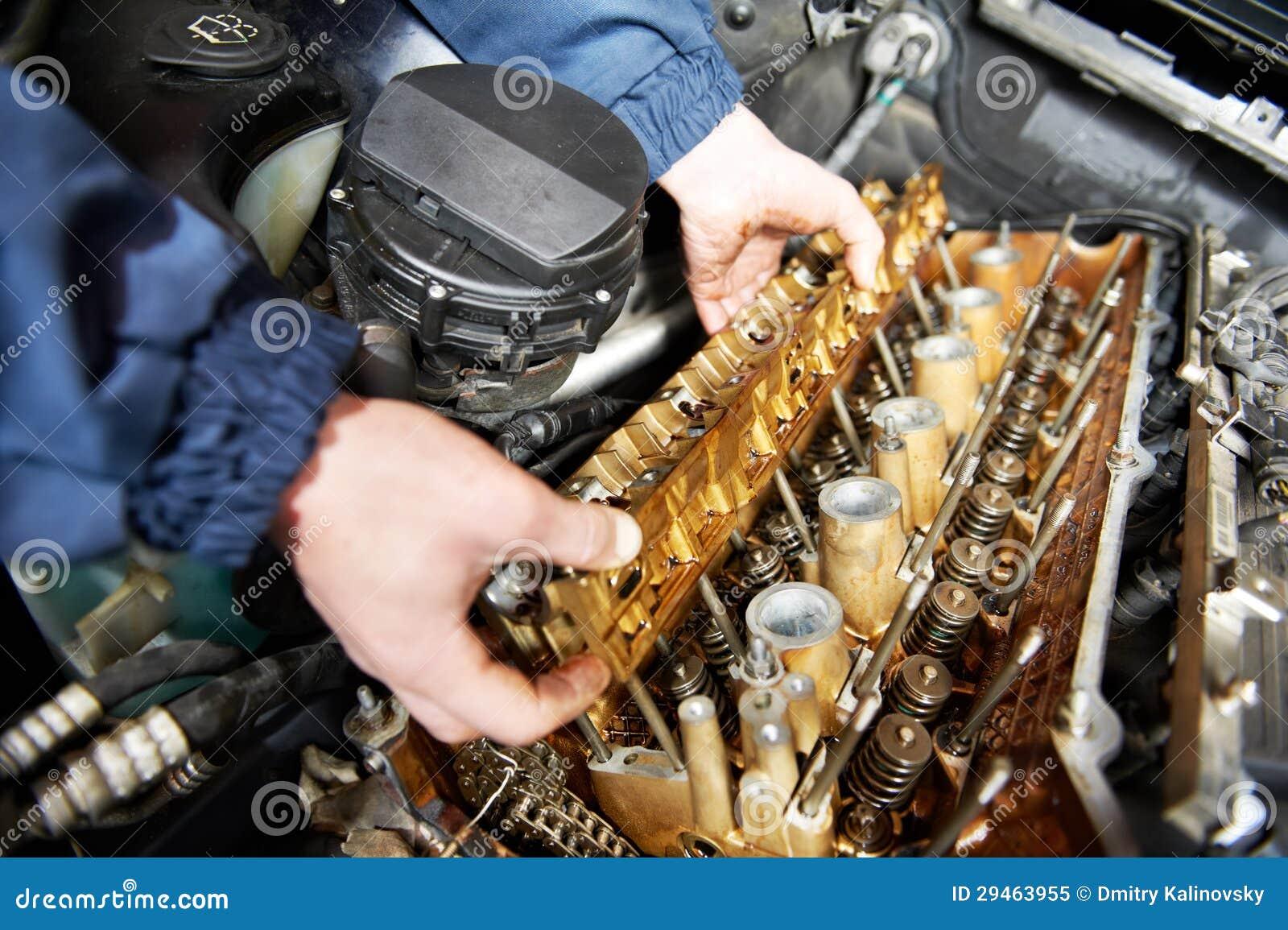 Mécanicien de Machanic à la réparation d engine de véhicule d automobile