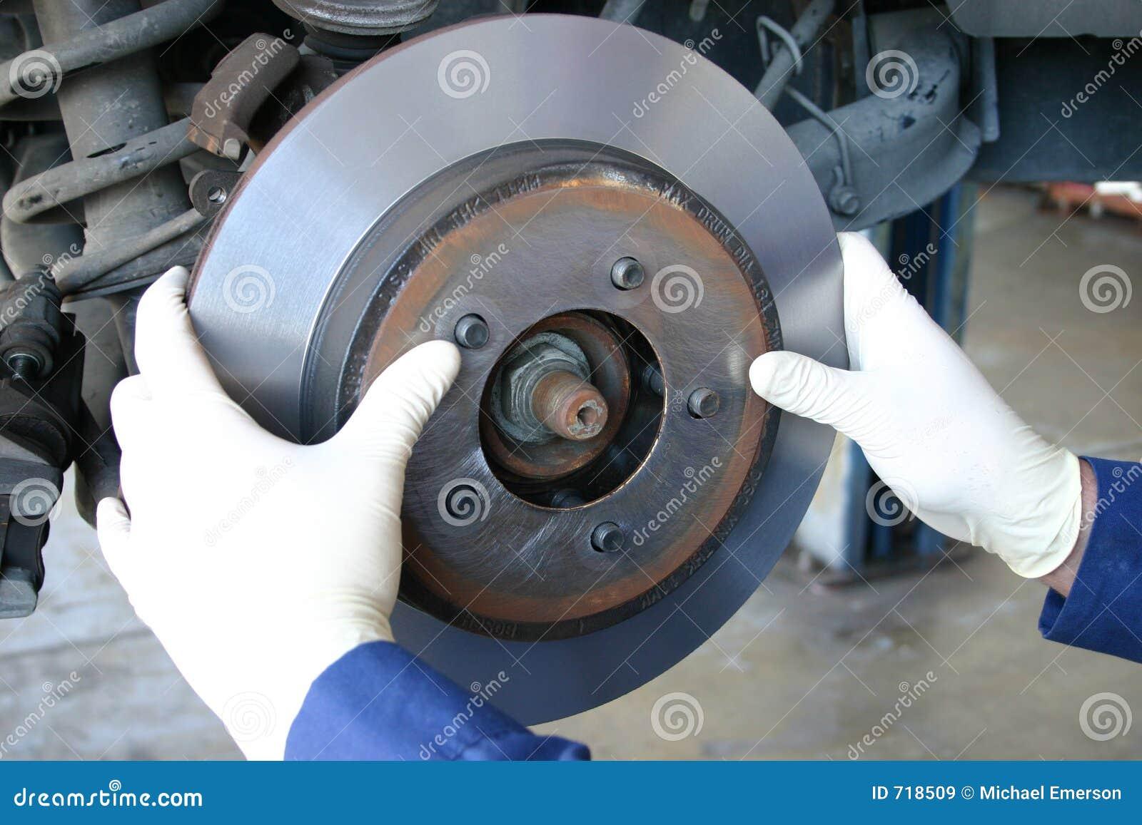 Mécanicien installant le rotor usiné