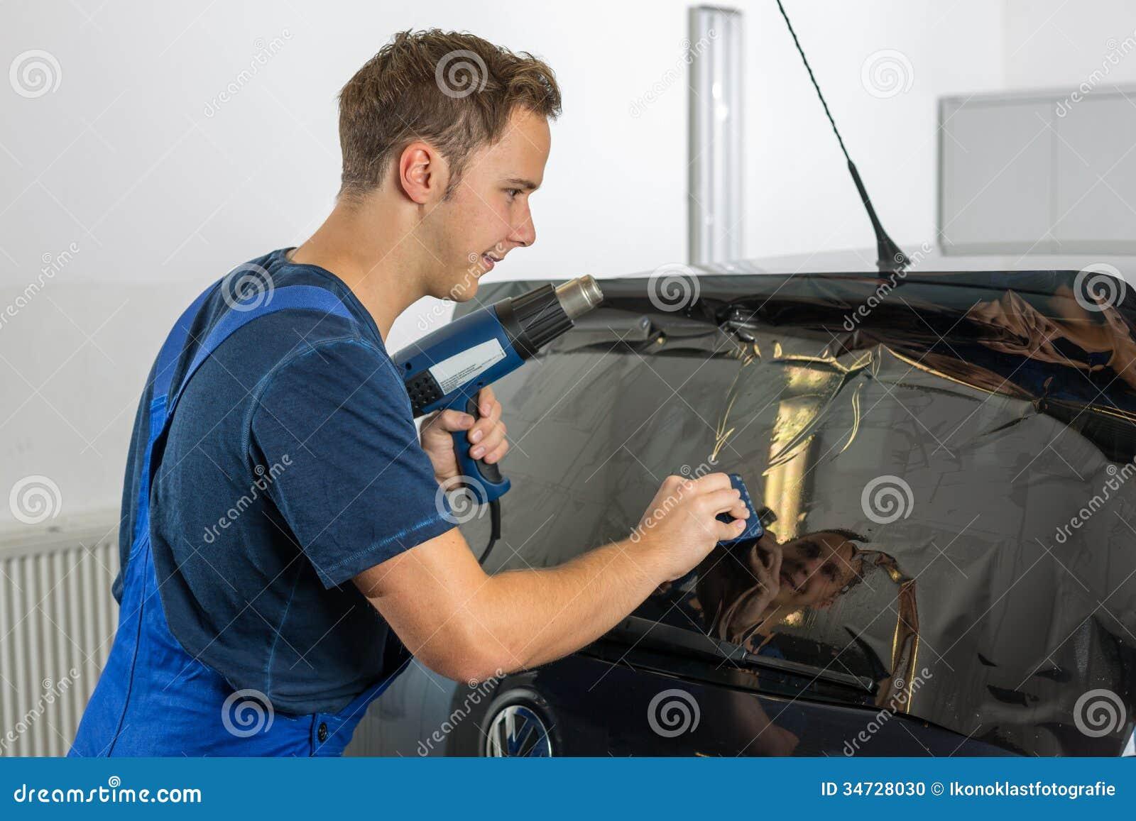 Mécanicien Teintant La Fenêtre De Voiture Avec Laluminium Ou Le