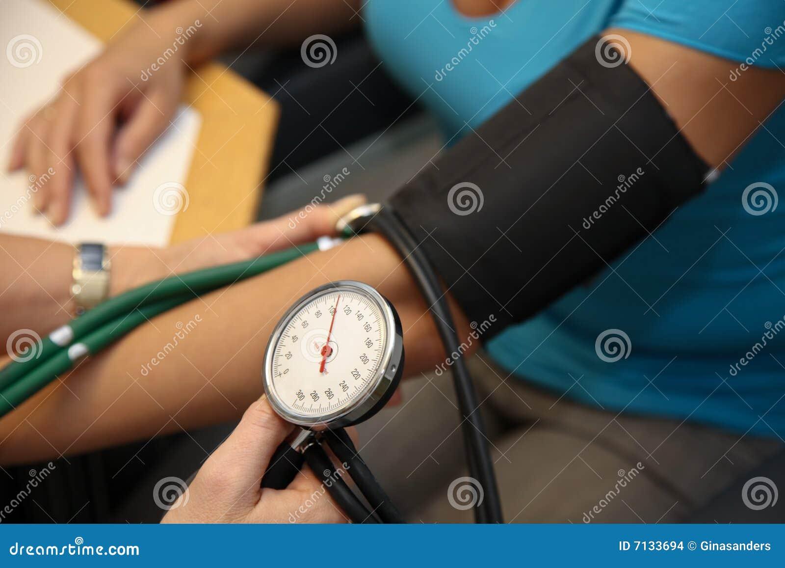 Médecin à la tension artérielle