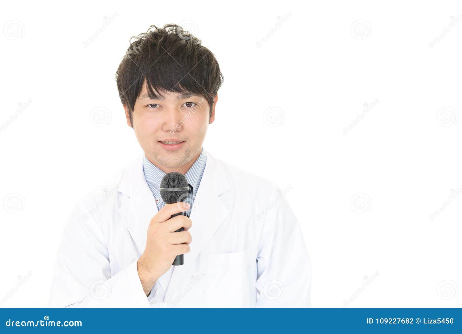Médecin asiatique de sourire
