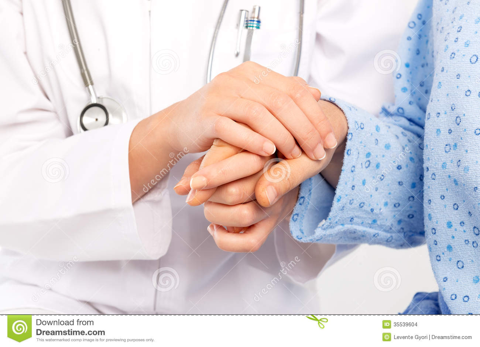 Médecin trouant la main du patient supérieur