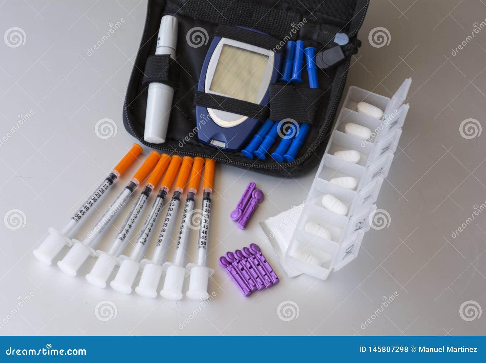 Médecines et accessoires cliniques pour préparer le diabète