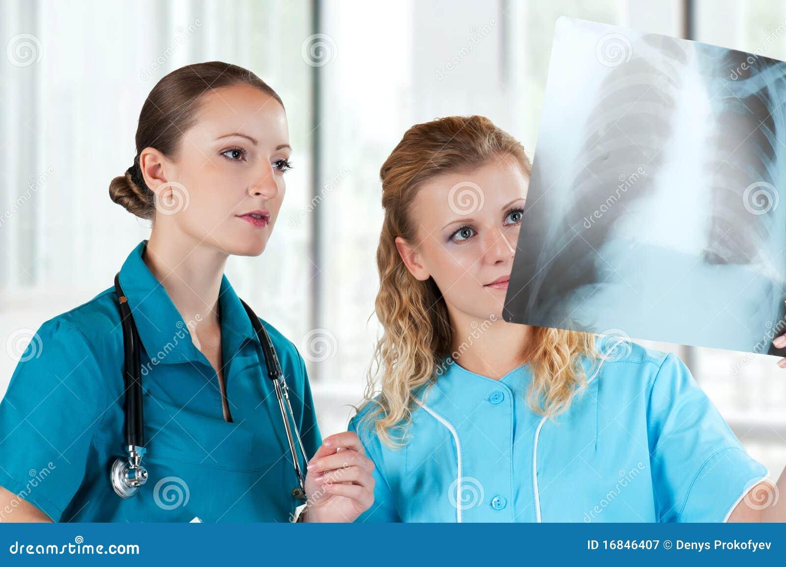 Médecins avec le rayon X