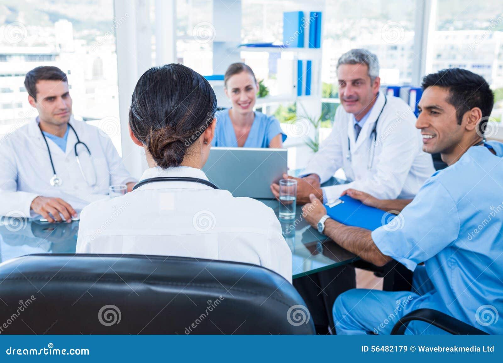 Médecins ayant une réunion