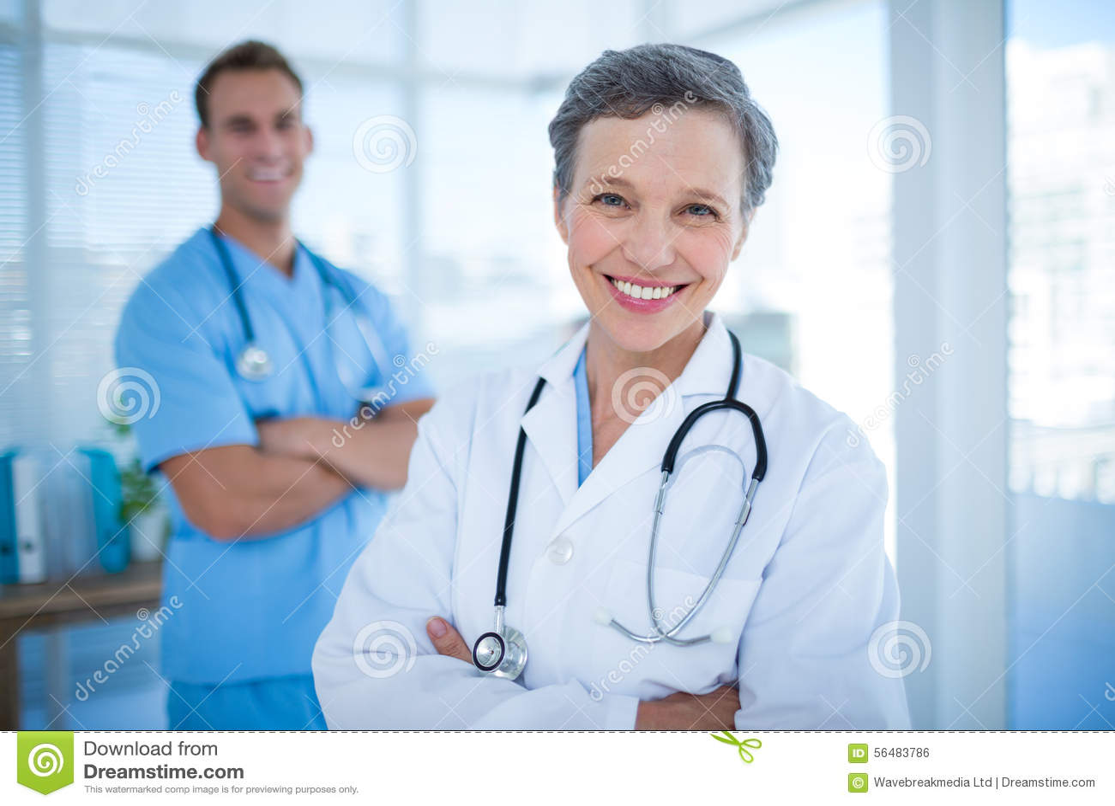Médecins de sourire de collègues regardant l appareil-photo