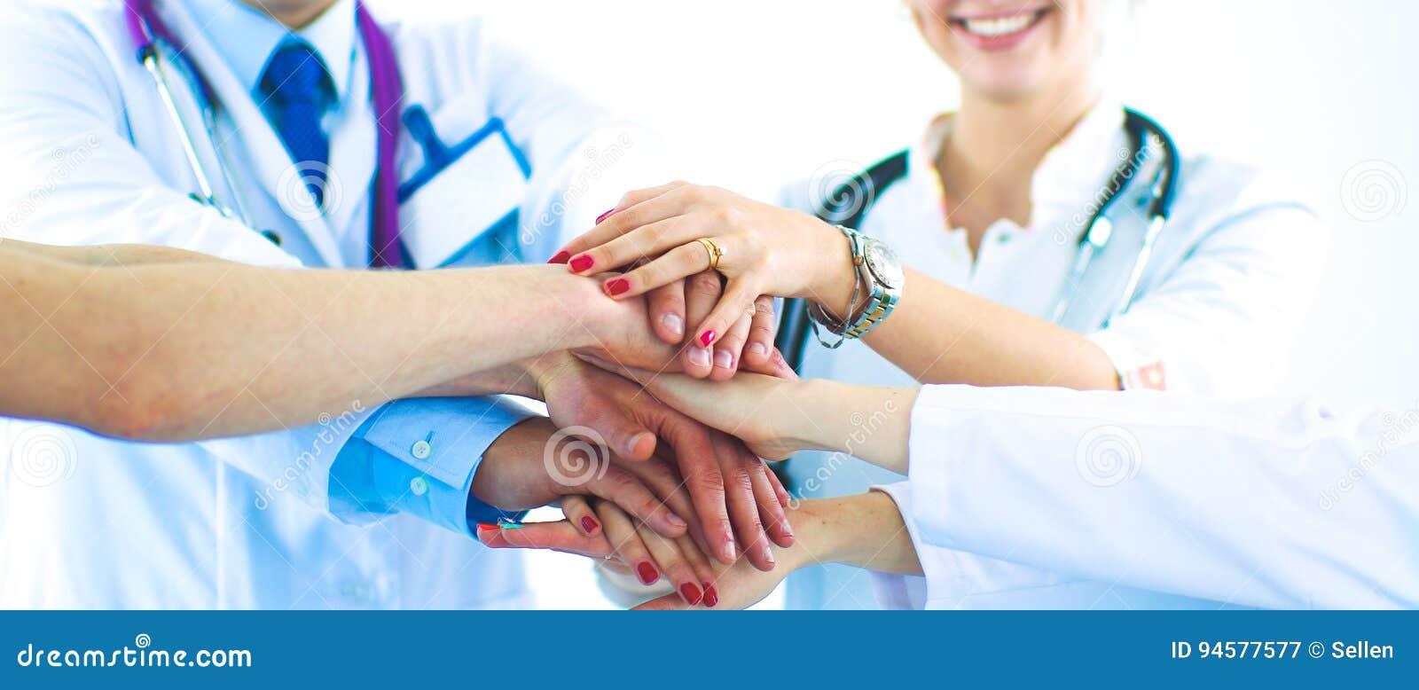 Médecins et infirmières dans une équipe médicale empilant des mains