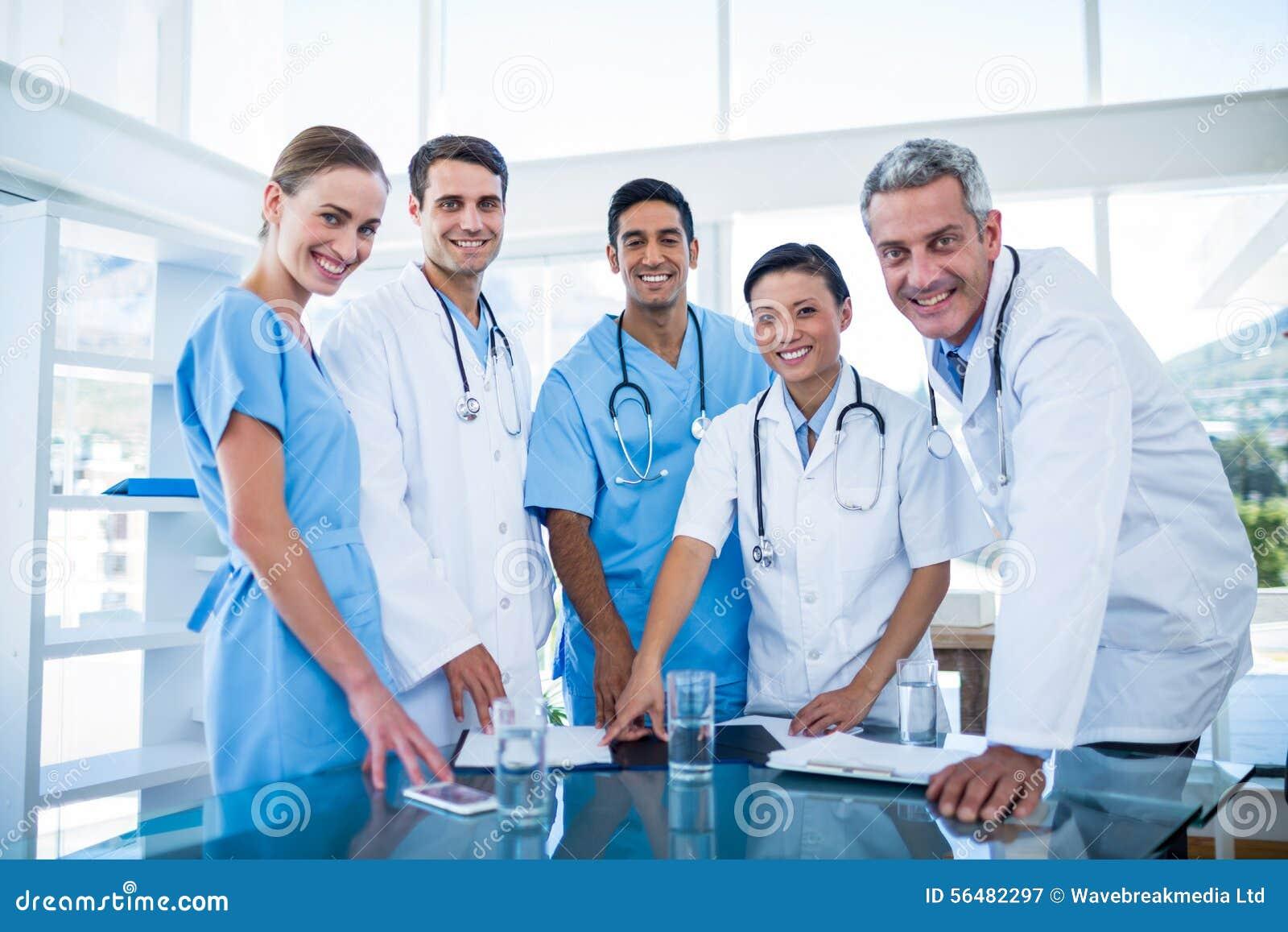 Médecins et infirmières souriant à l appareil-photo