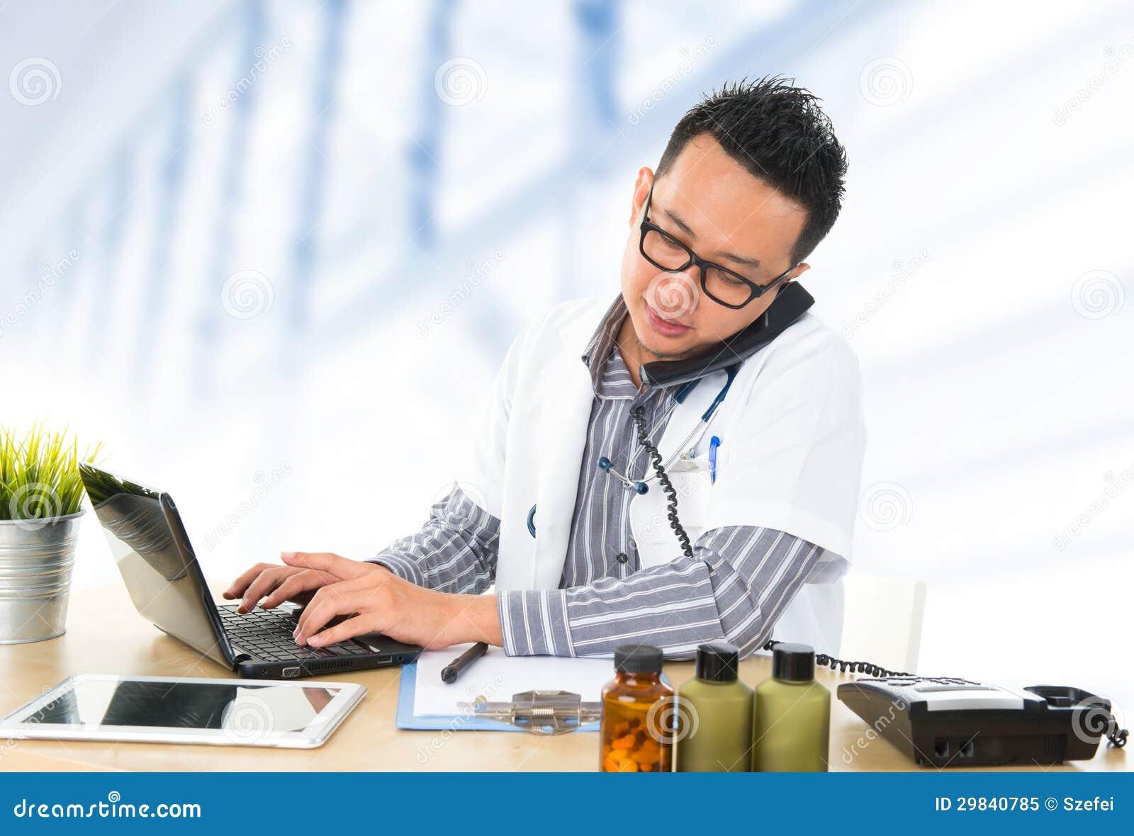 Médico asiático do sudeste ocupado