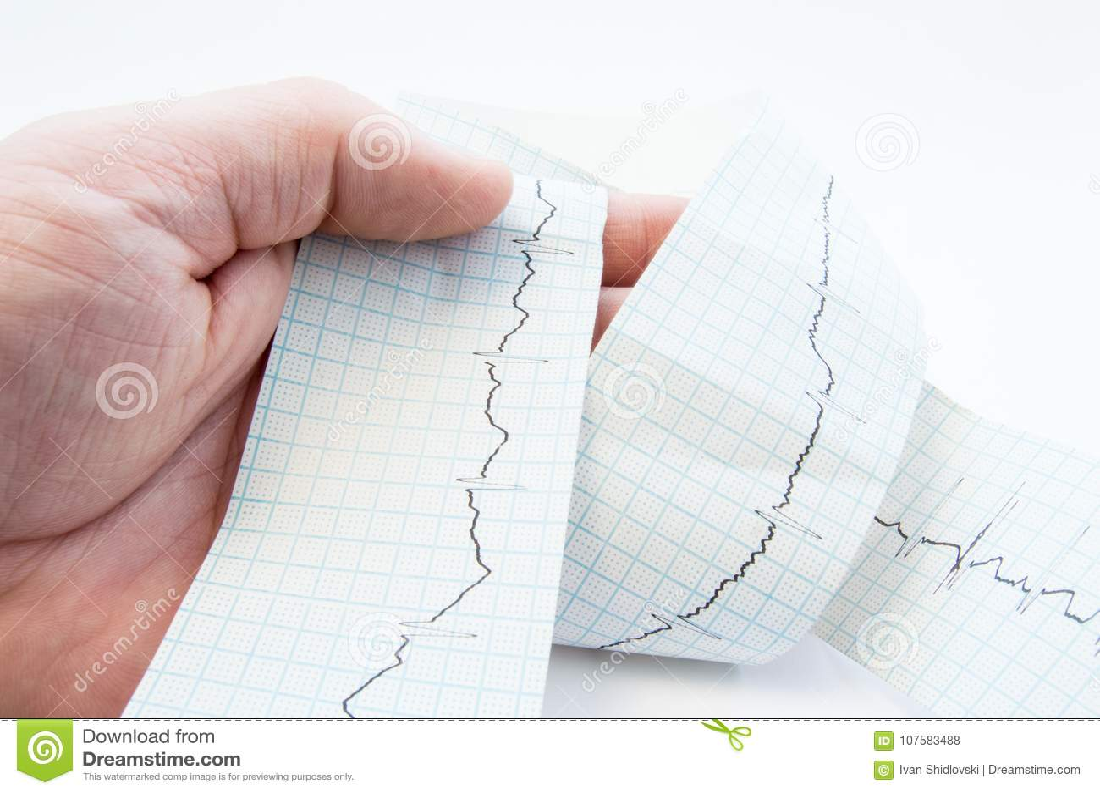 Médico geral, cardiologista ou paramédico guardando a fita disponivel com o ECG gravado do eletrocardiograma, onda de ECG P diagn