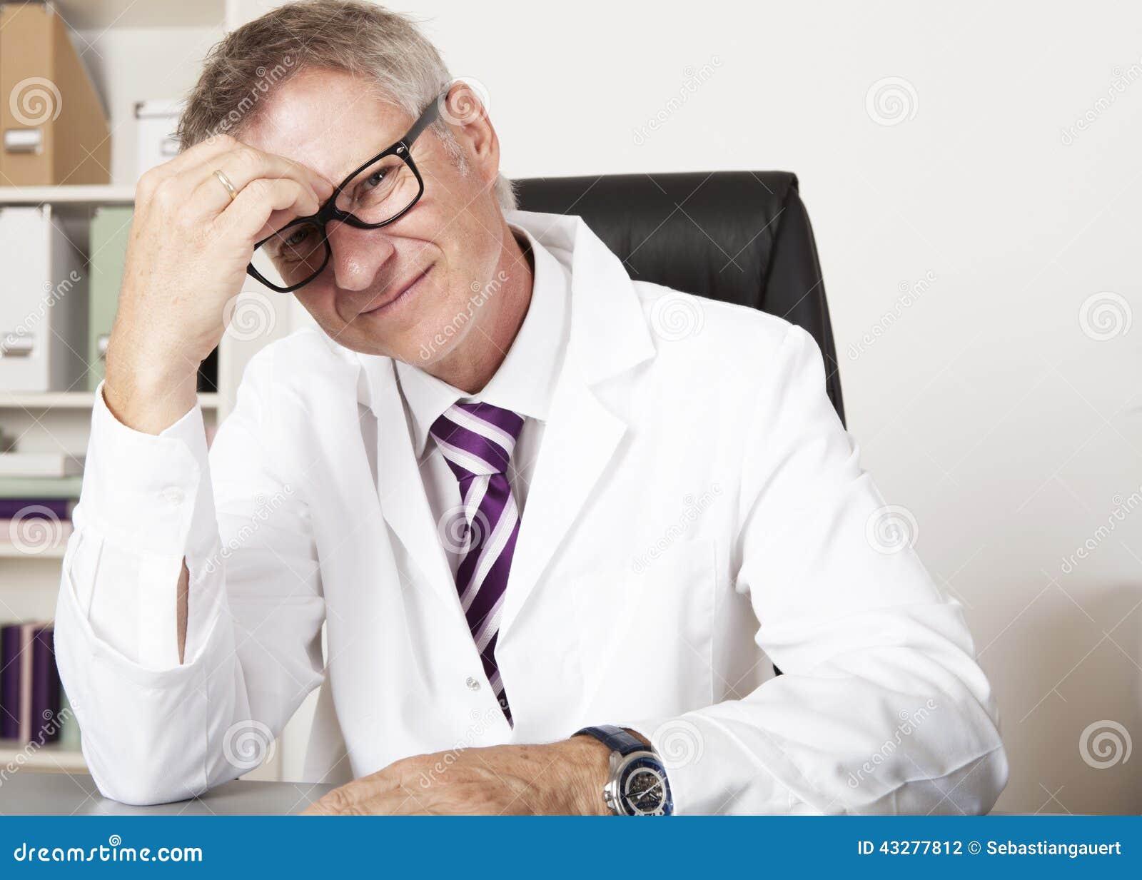 Médico Having Headache