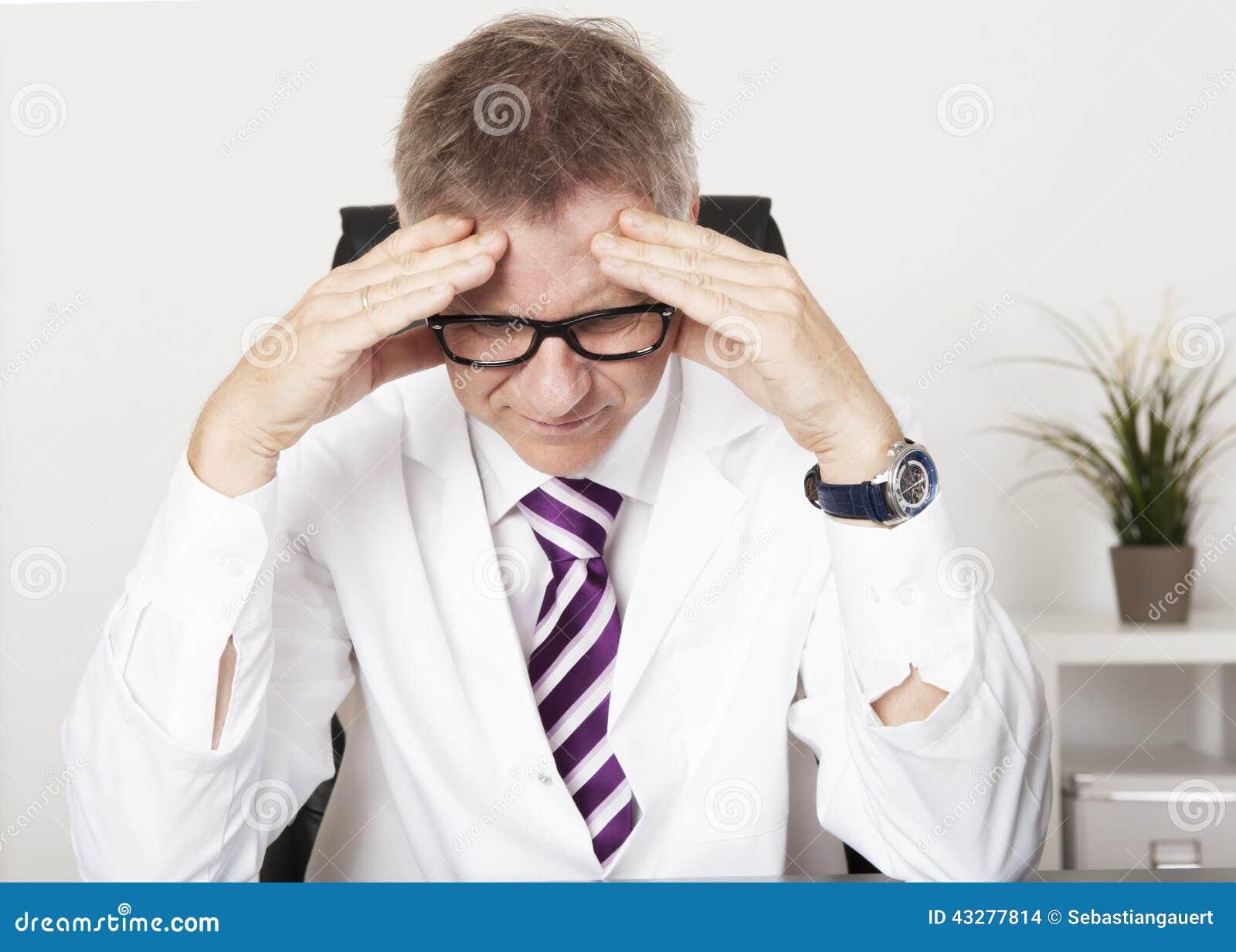 Médico Suffering Serious Headache