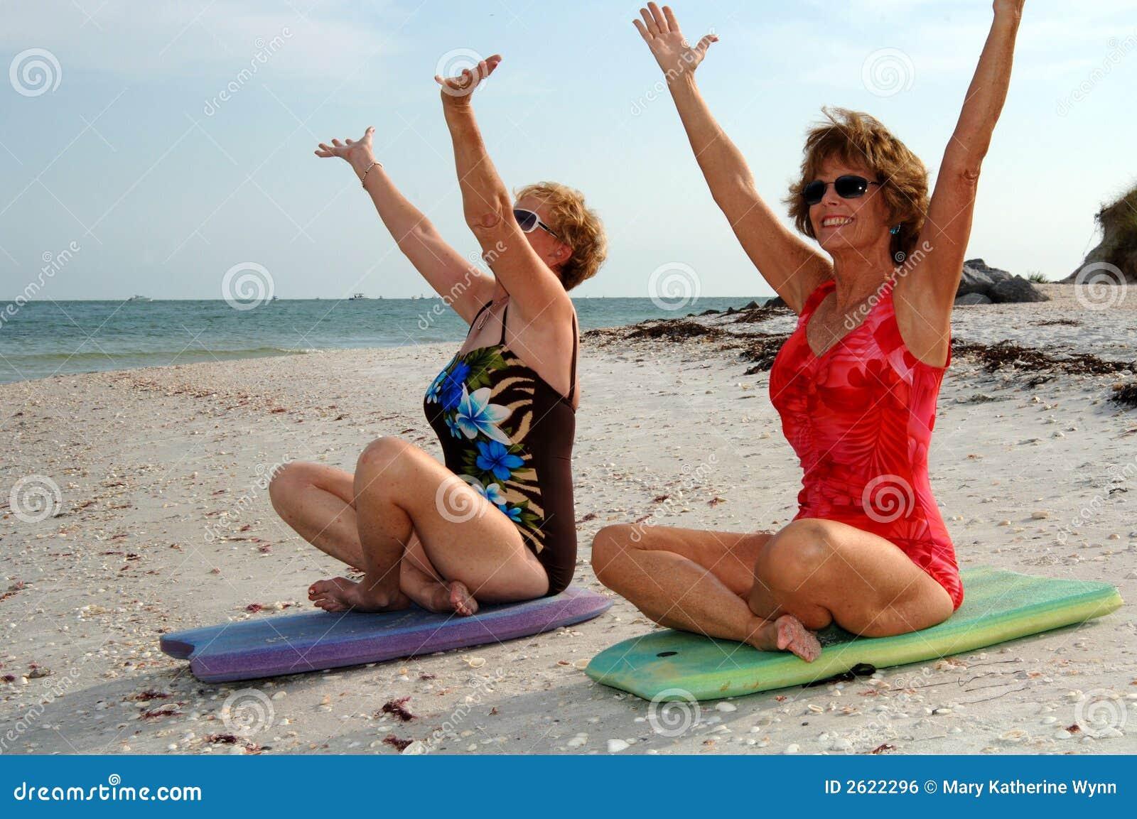 Méditation de femmes sur la plage