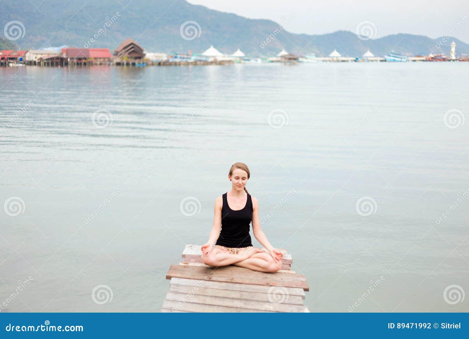 Session de yoga d été sur un pilier - village de pêcheur de Koh Chang Bang  Bao c7f3cf3e34e