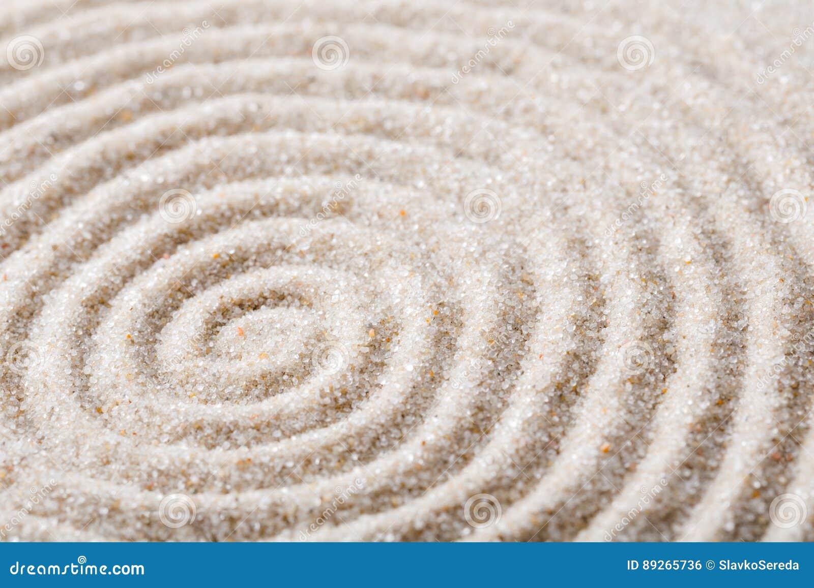 Méditation japonaise de jardin de zen pour le sable de concentration et de relaxation pour l harmonie et équilibre dans la simpli