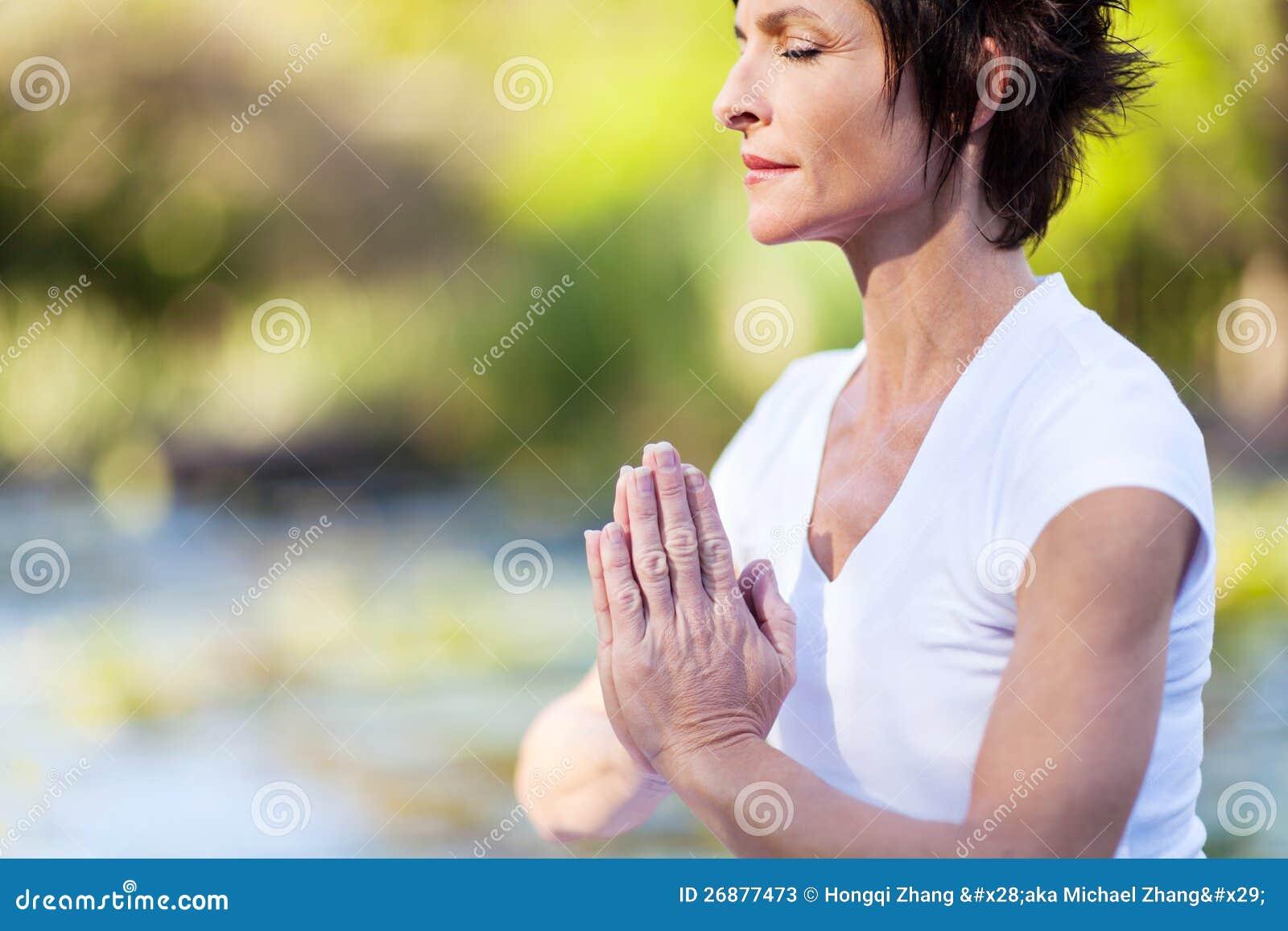 Méditation mûre de femme