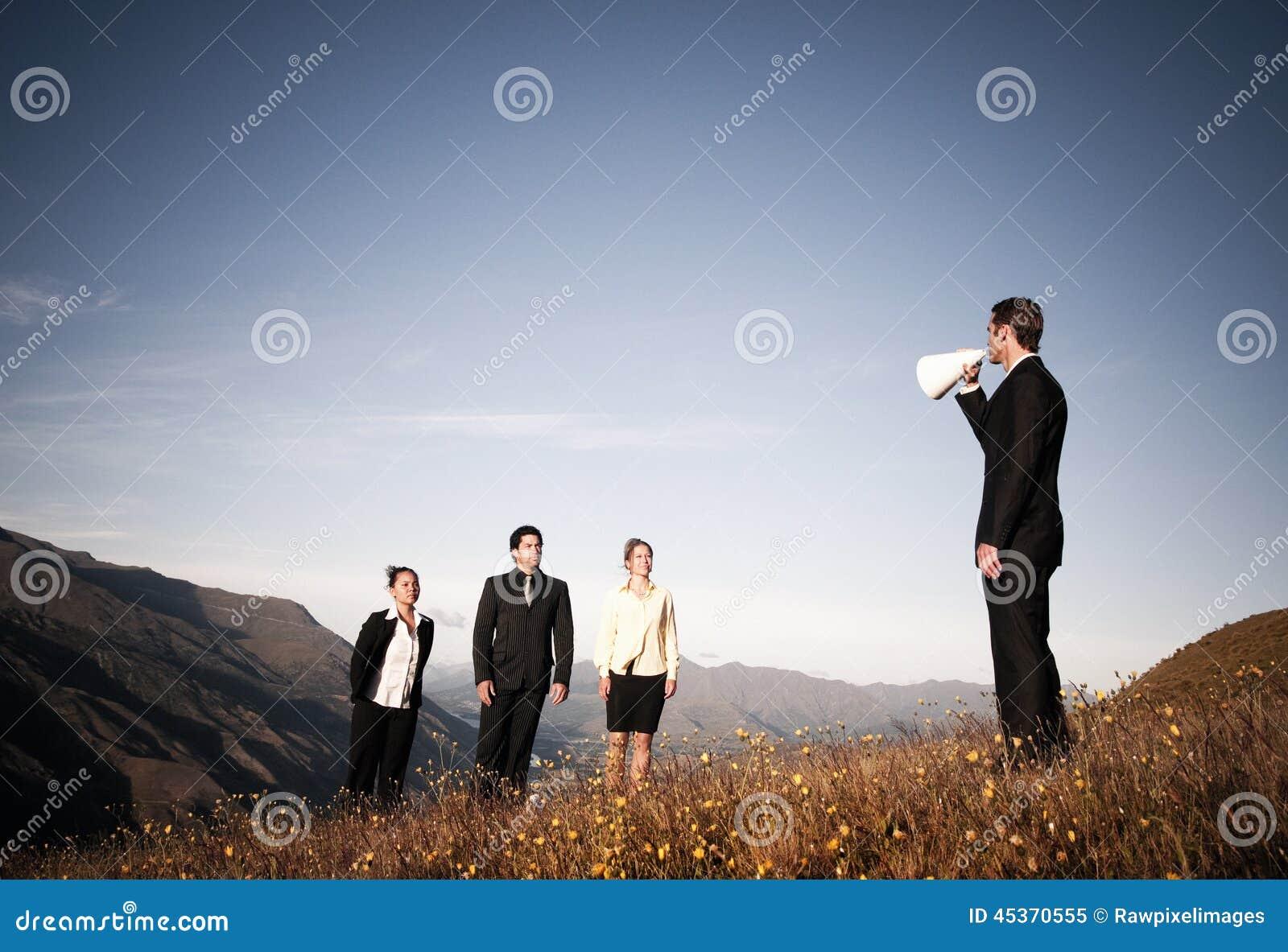 Mégaphone de Speaking Through Paper d homme d affaires aux gens d affaires