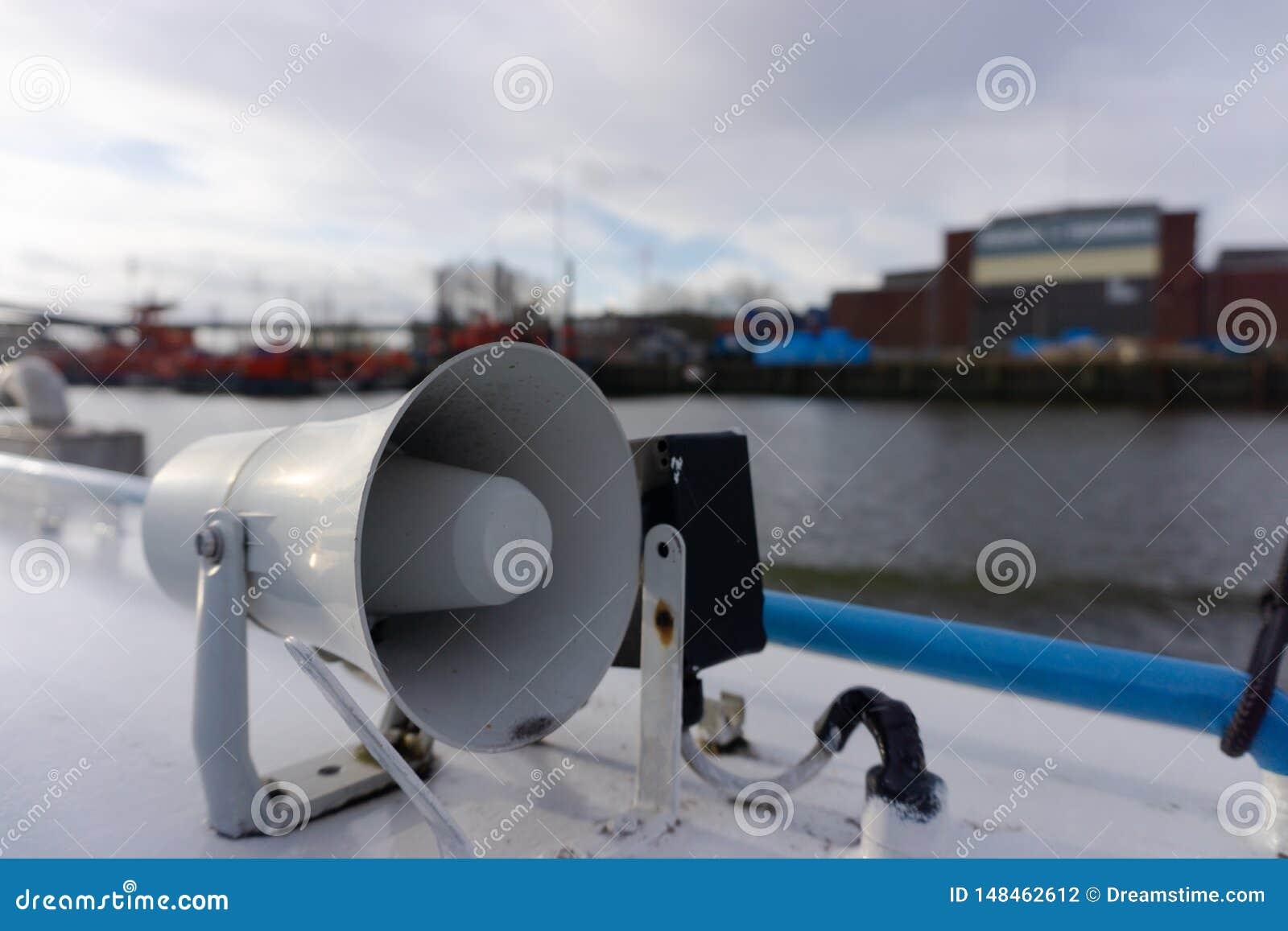 Mégaphone sur un bateau dans un port