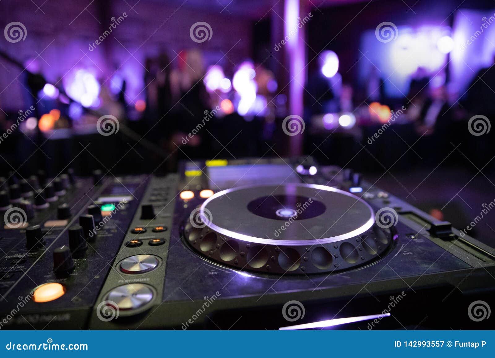 Mélangeur de console du DJ à une boîte de nuit La disco, banquet, danse de fond brouillée par gens