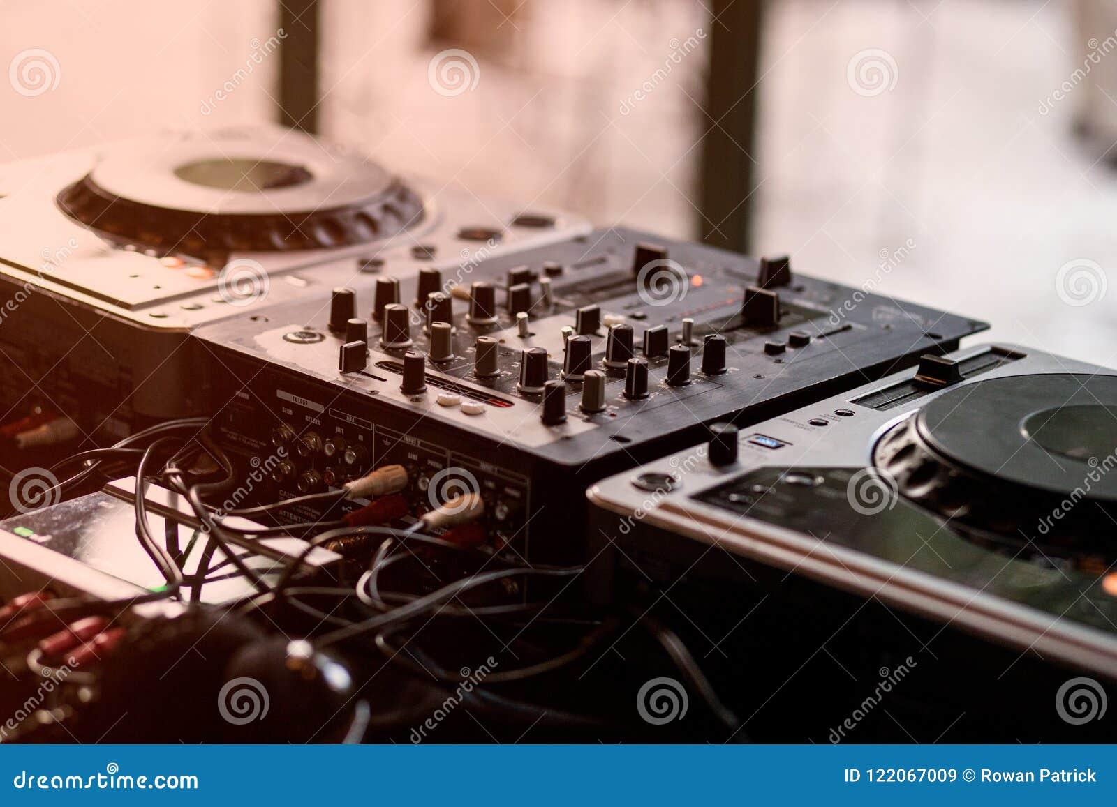 Mélangeur et plaque tournante du DJ