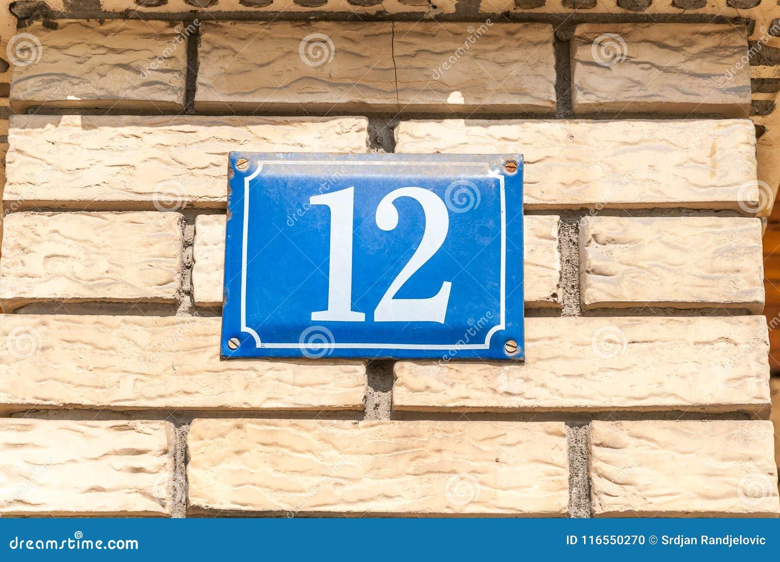 Métal bleu numéro 12 douze de vieille de vintage adresse de maison sur la façade de brique du mur extérieur de bâtiment résidenti