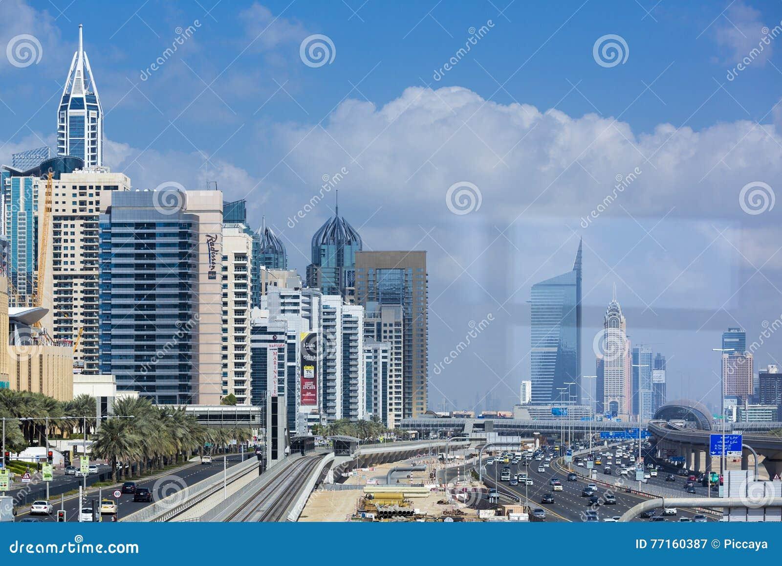 Métro de Dubaï dans un jour d été à Dubaï