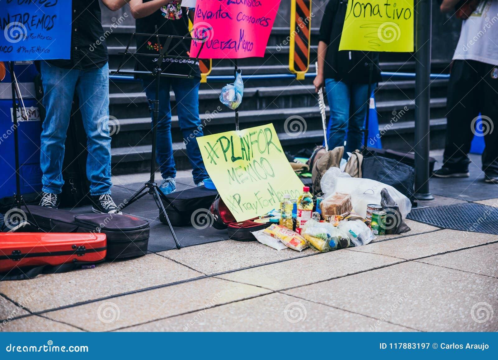 MÉXICO - 20 DE SEPTIEMBRE: adultos jovenes que juegan la ejecución con los violines en la calle para recolectar el dinero para la