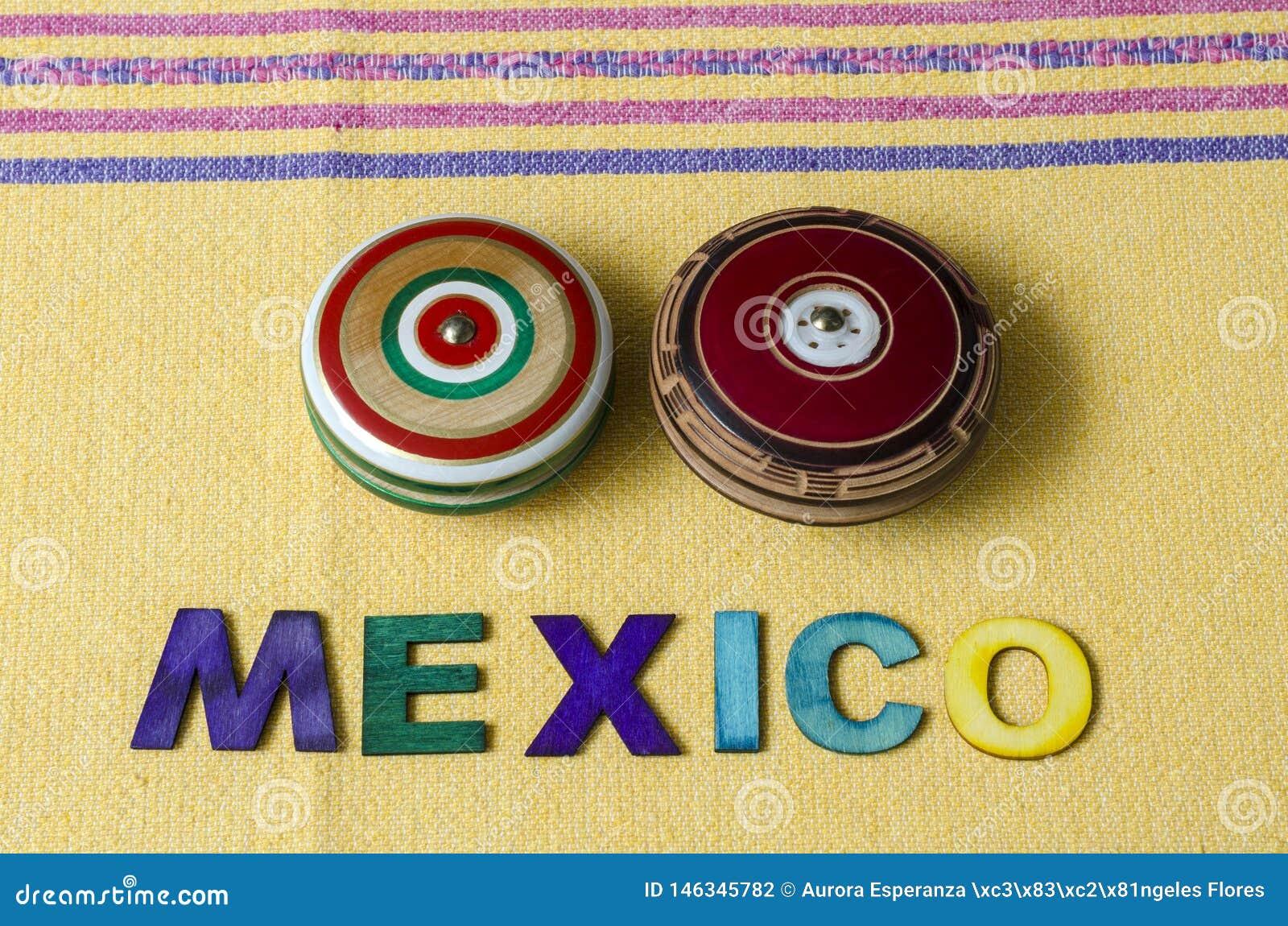 México hizo de letras de madera coloridas y de yoyos retros de madera