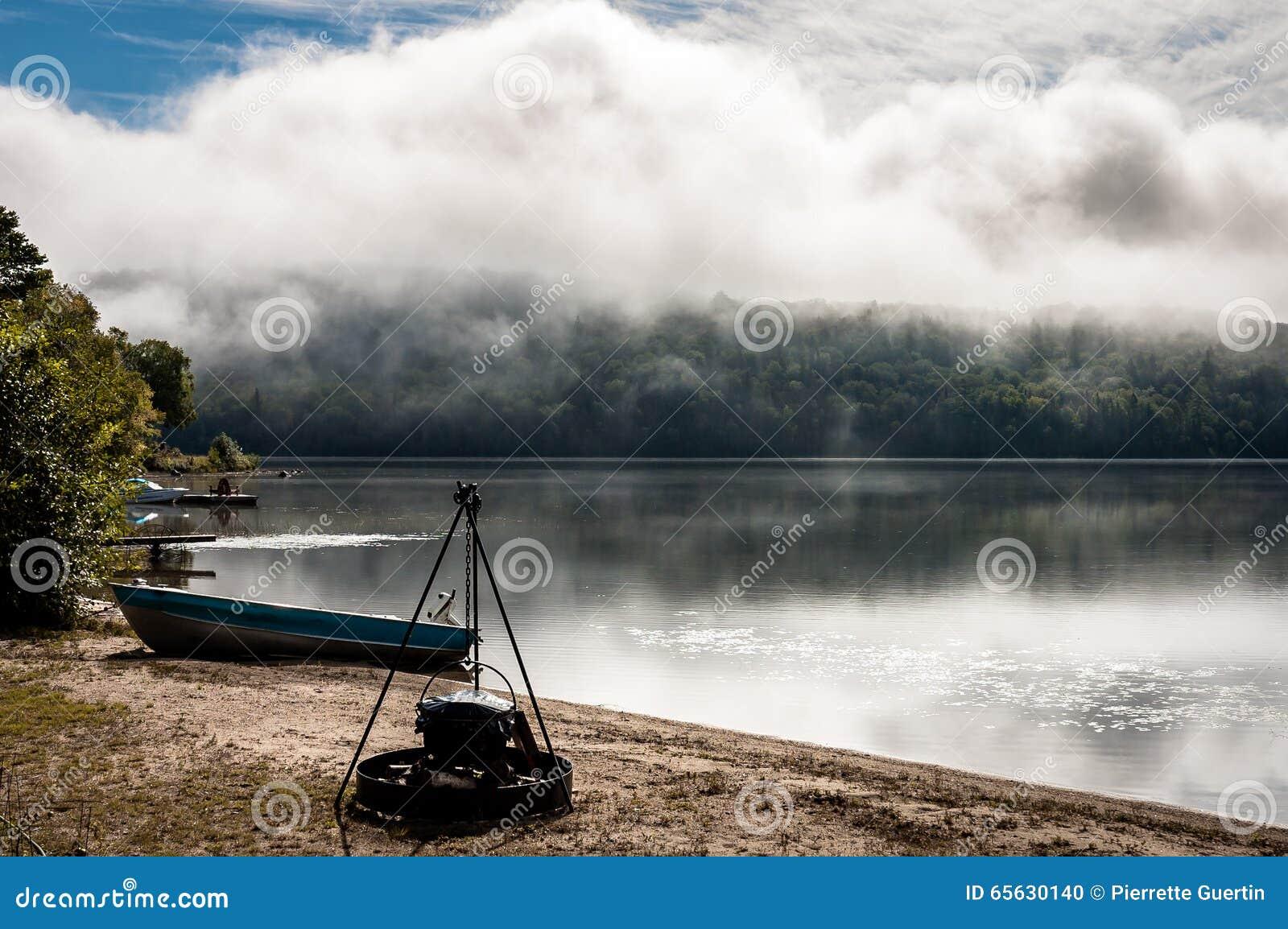 Même la vue brumeuse d un lac dans le pays du Québec