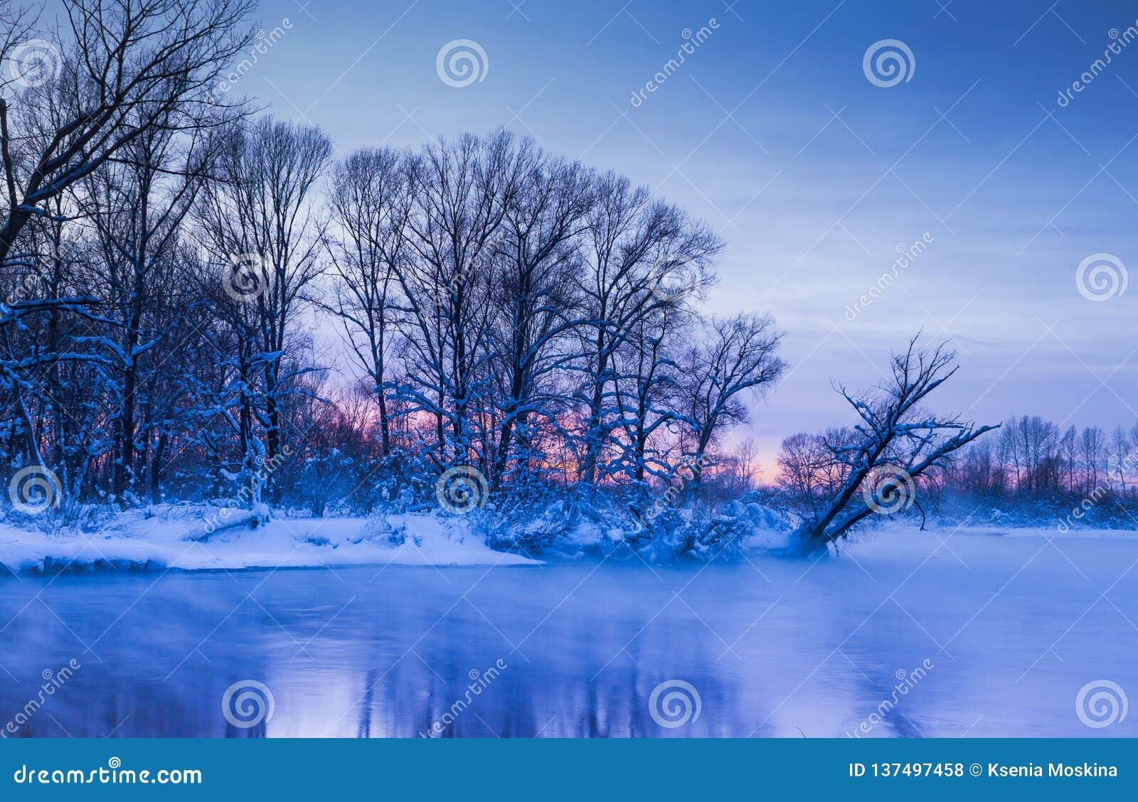 Même les couleurs crépusculaires de brume du coucher du soleil de winer