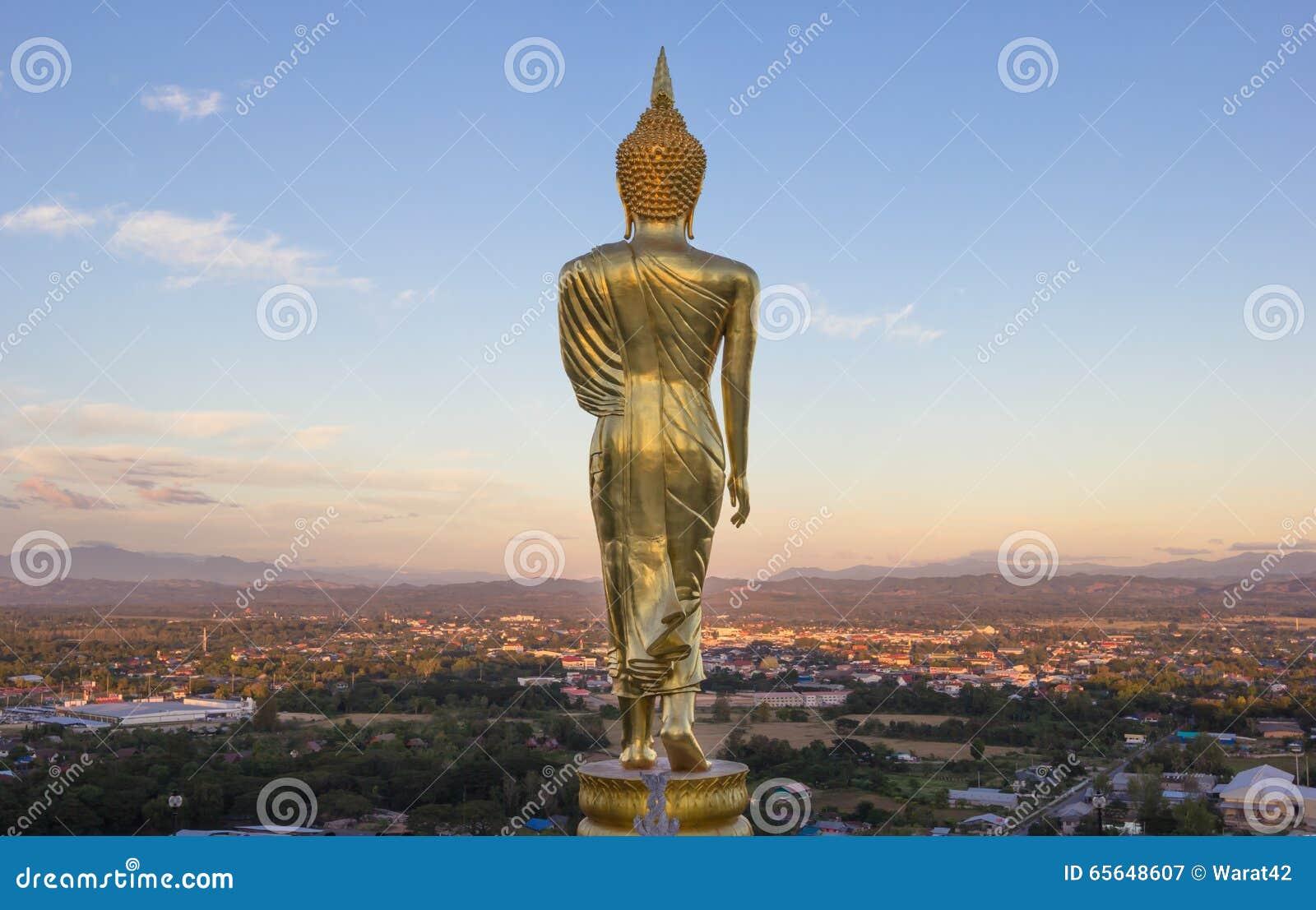 Même, statue d or de Bouddha dans le temple de Khao NOI, Nan Province,