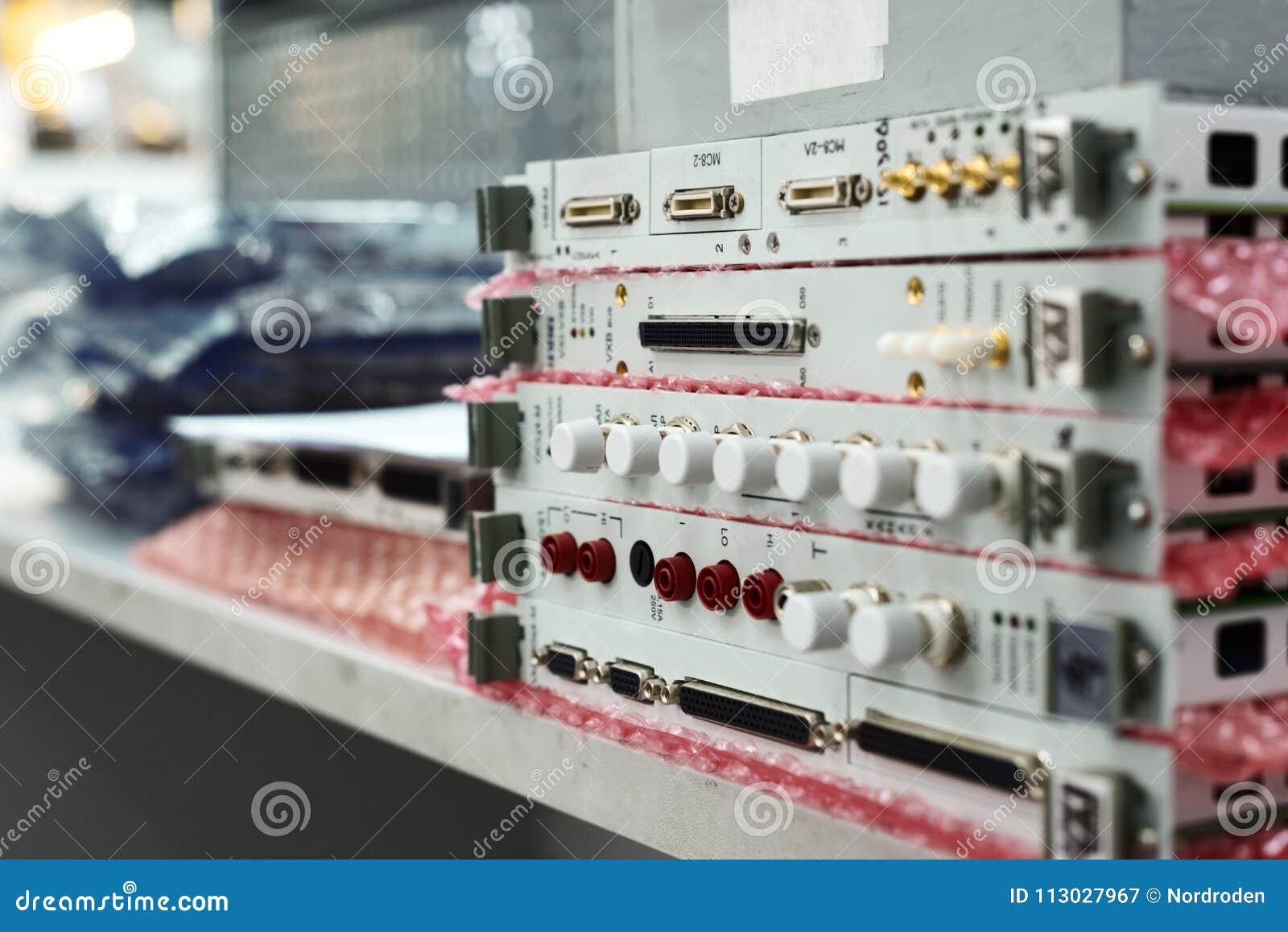 Módulos electrónicos y tarjetas electrónicas apilados en una pila