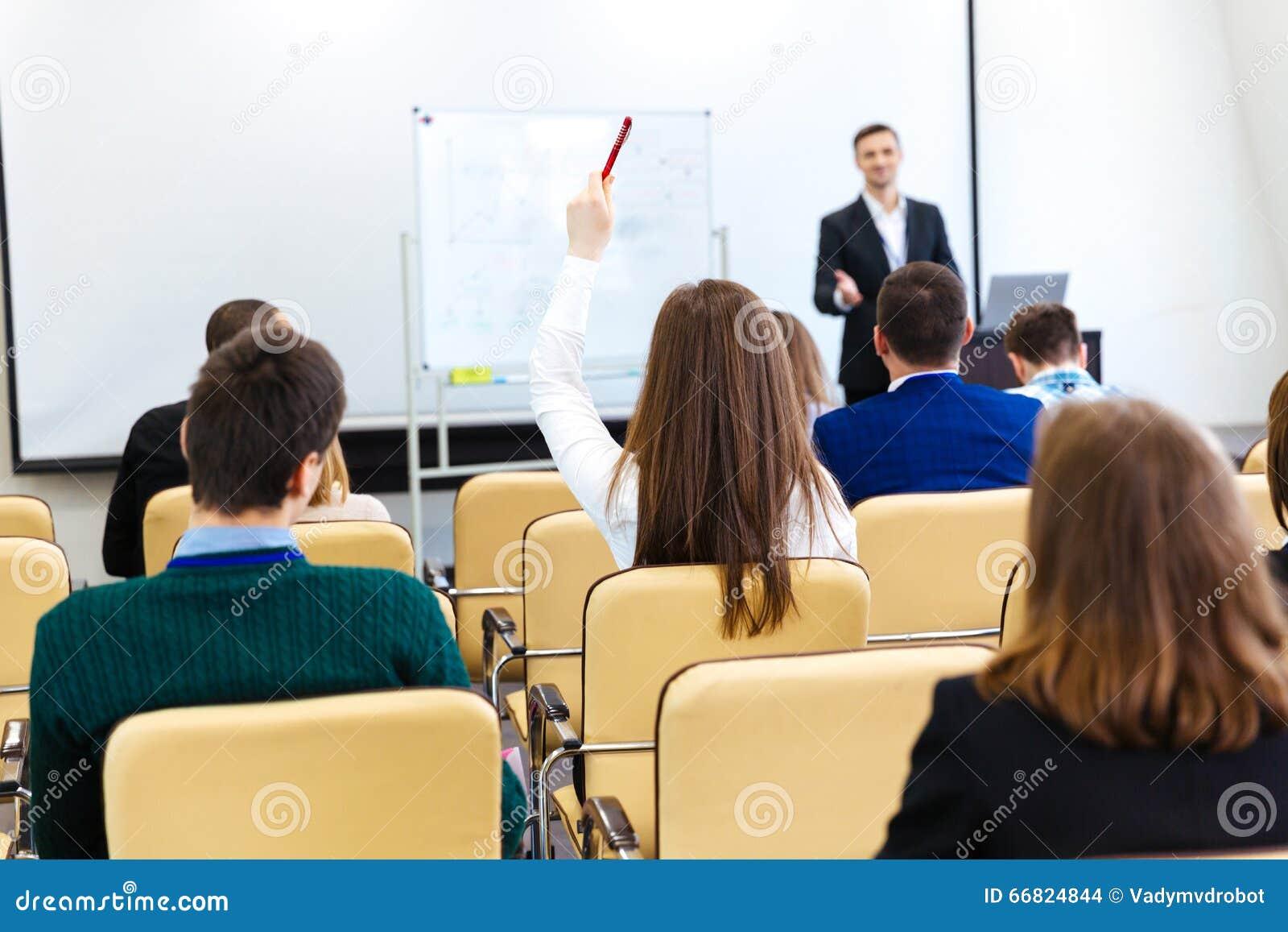 Mówca opowiada widownia na biznesowym spotkaniu przy sala konferencyjną