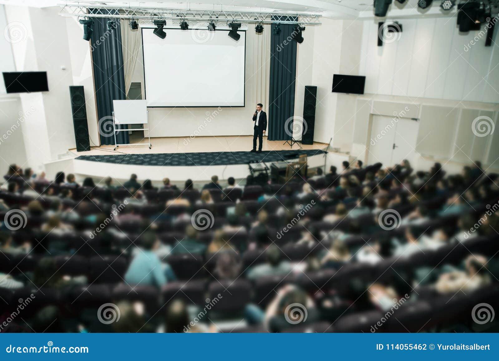 Mówca przy Biznesową konferencją i prezentacją Widownia sala konferencyjna