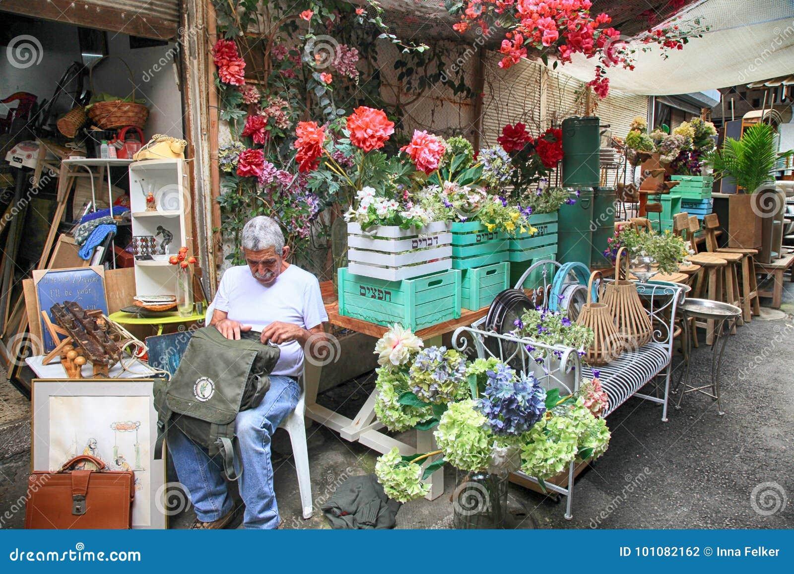 Möblemang och annan personal shoppar in på den Jaffa loppmarknaden i telefon Av