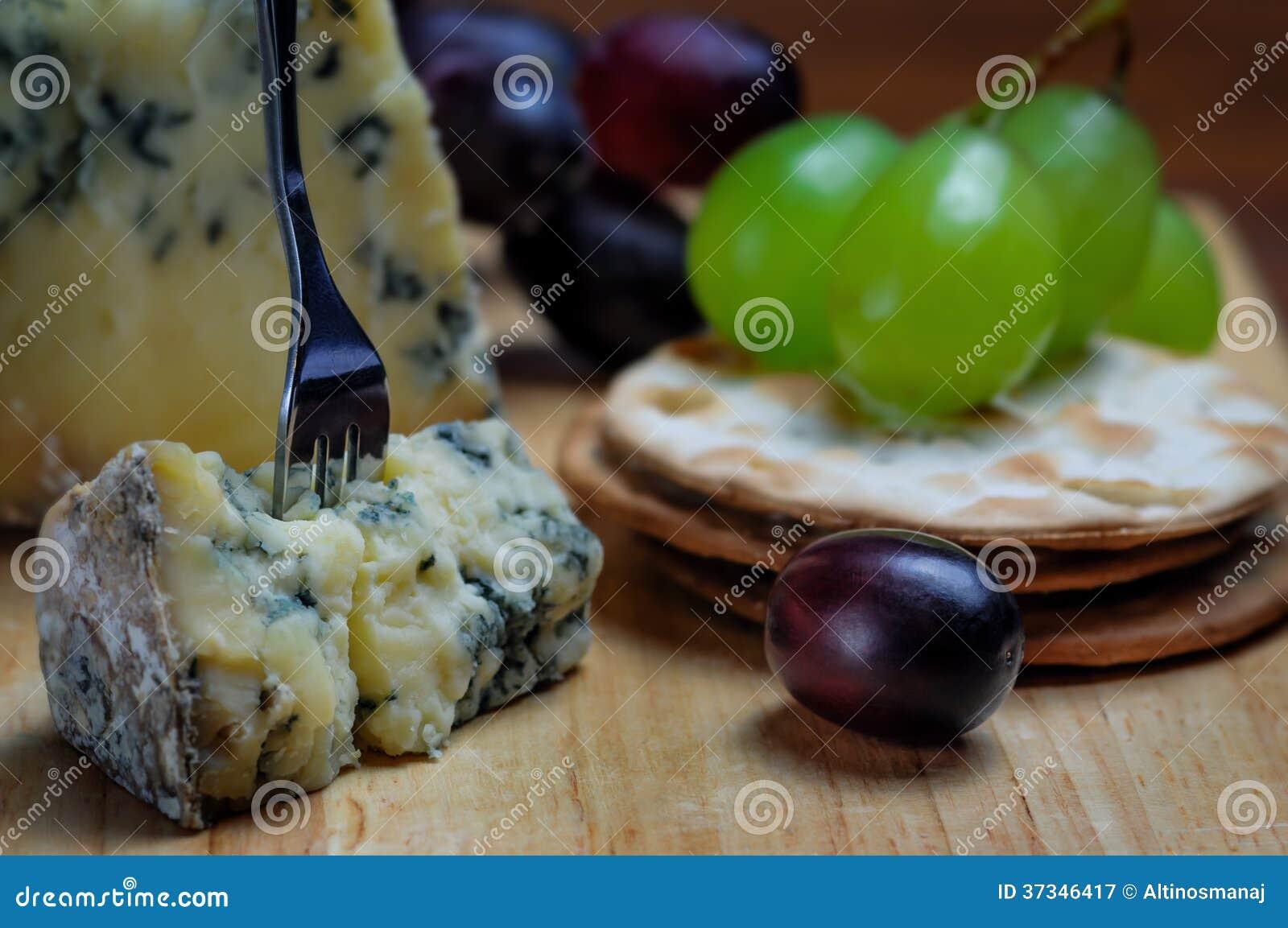 Mögligt och druvor för ostbrädestilton moget blått