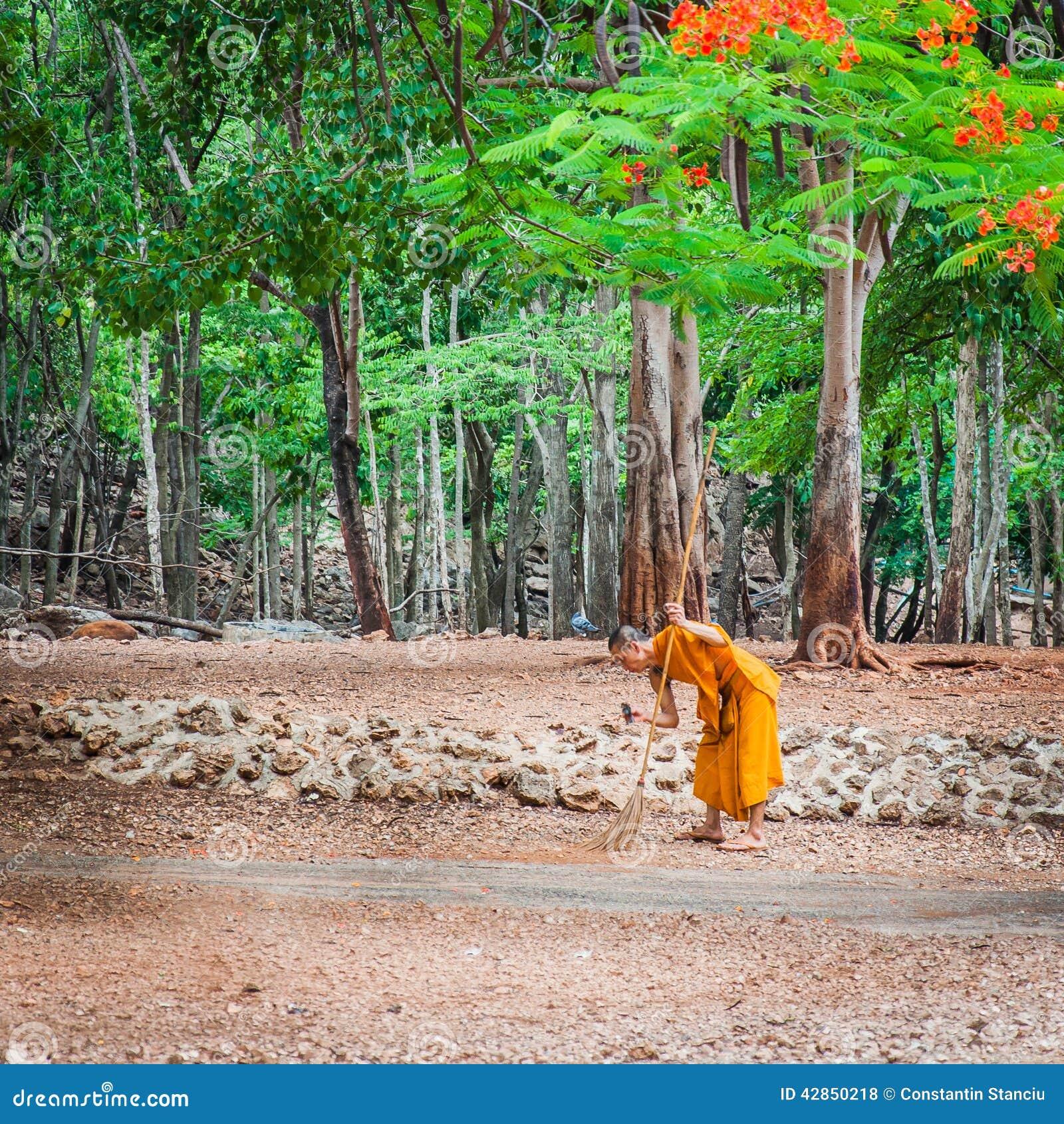 Monch Der Tagliches Reinigungsprogramm Bei Bei Tiger Temple In