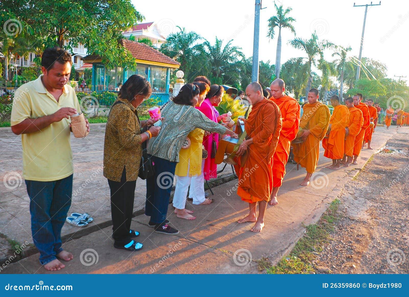 Mönche, die das Reis-Angebot empfangen