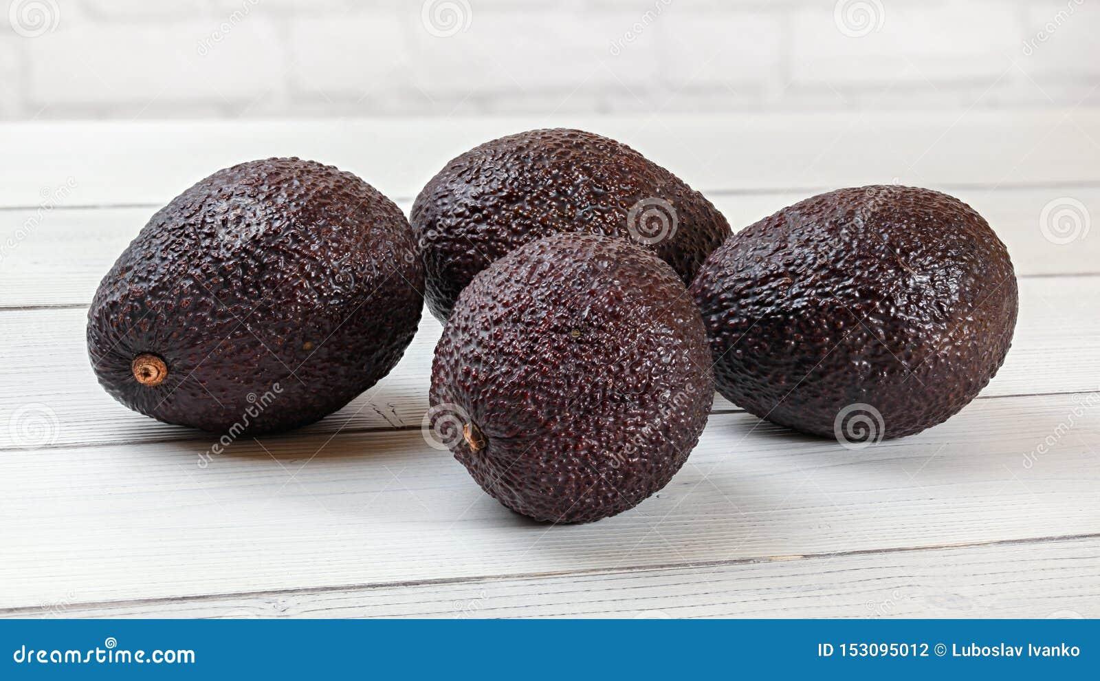Mörk brun avokadoBilse cultivar på skrivbordet för vita bräden
