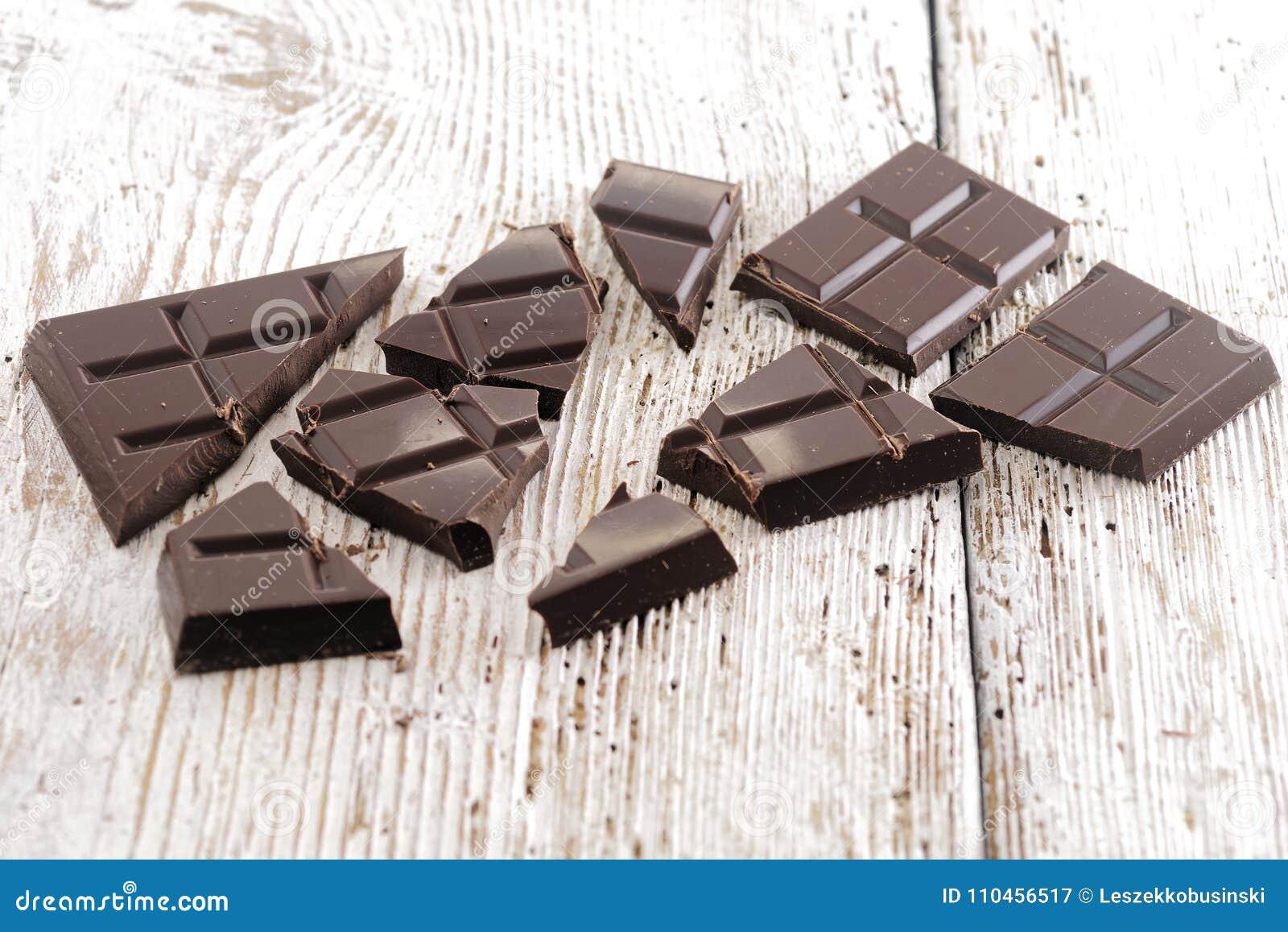 Mörk choklad på trätabellen