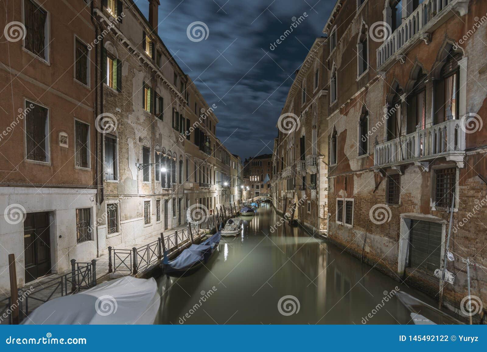 Mörk natt i Venedig