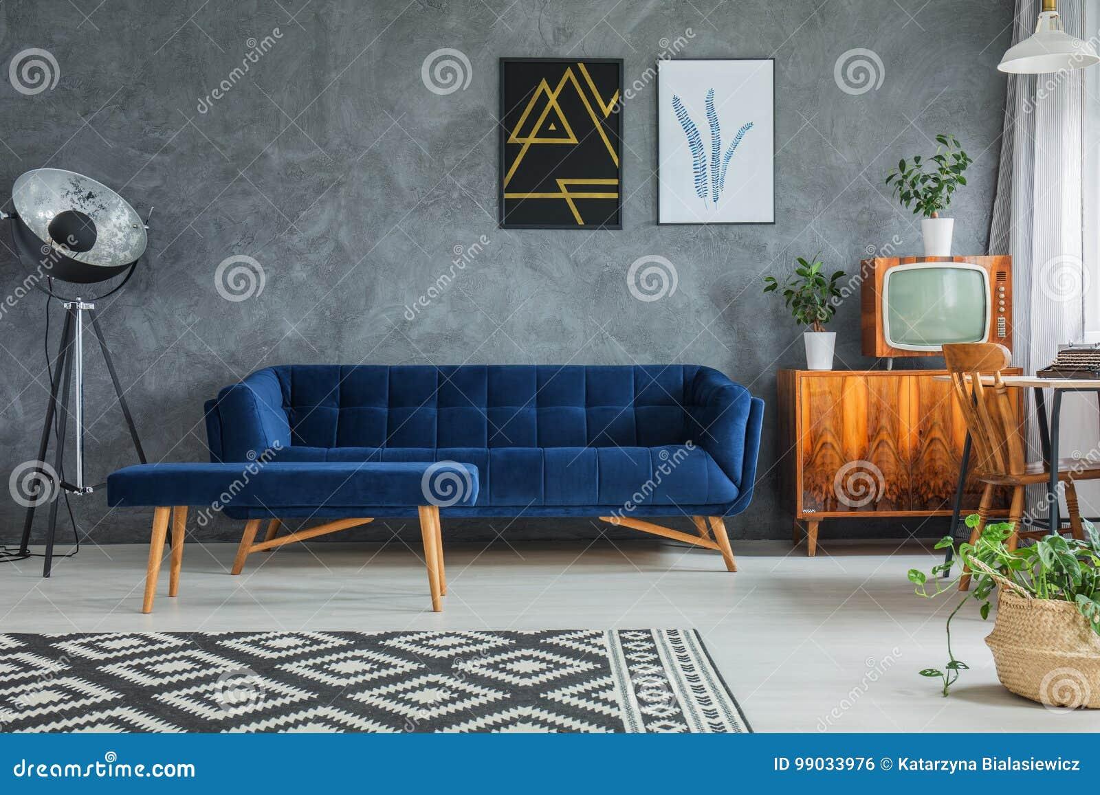Mörk väl till mods soffa