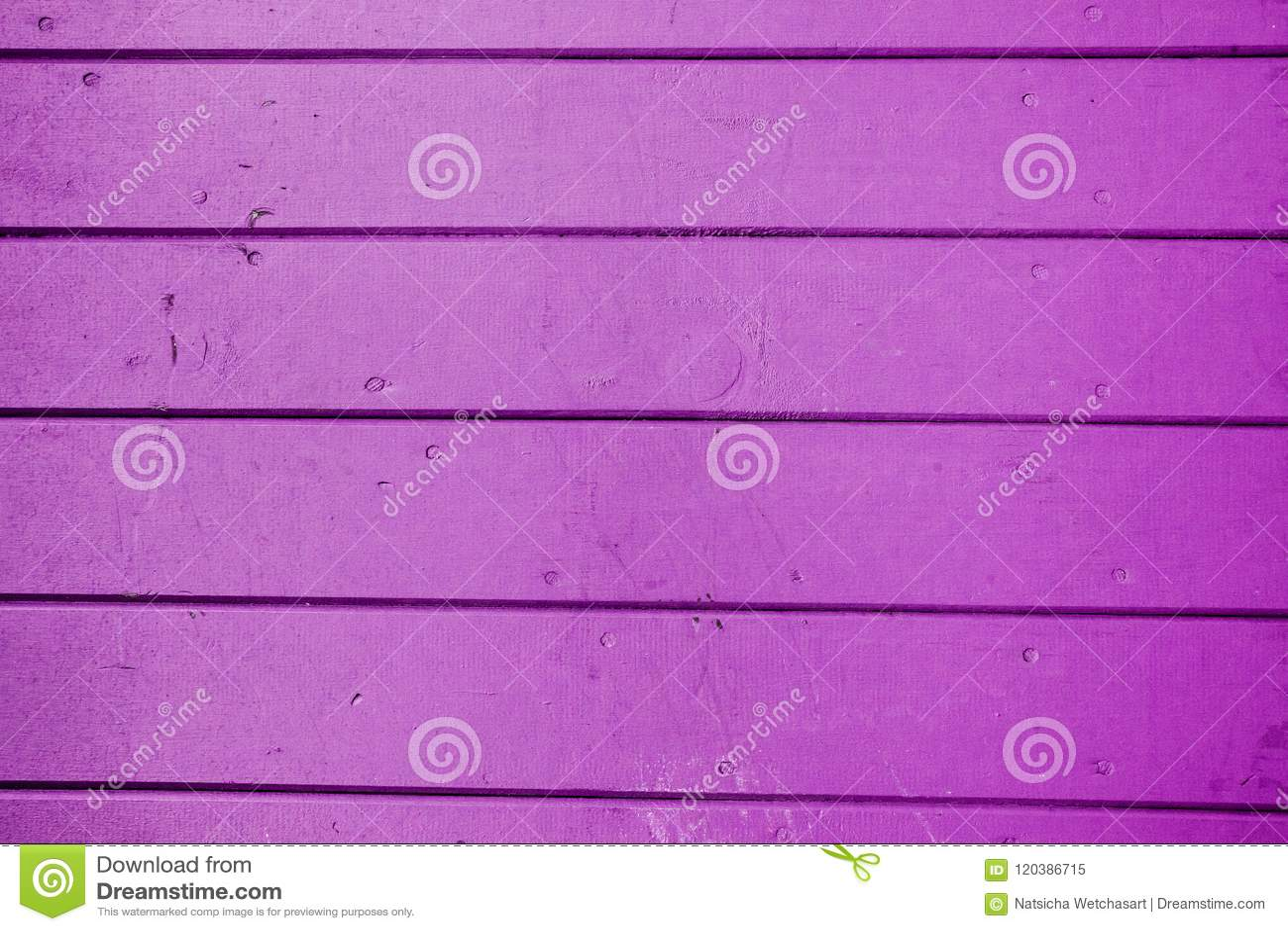 Mörk violett horisontremsalinje träbakgrund