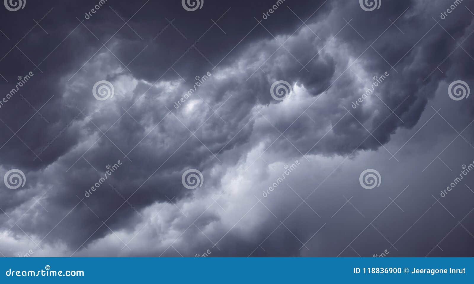 Mörka illavarslande gråa stormoklarheter