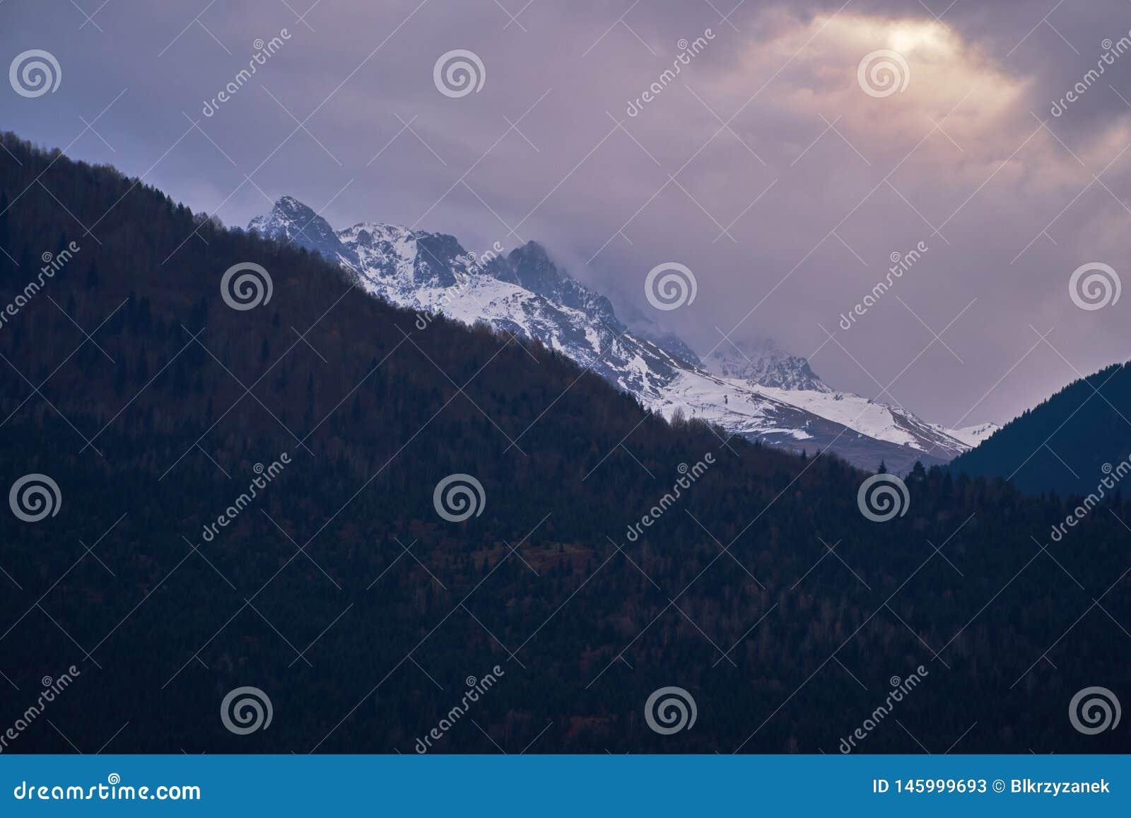Mörka moln och Kaukasus berg