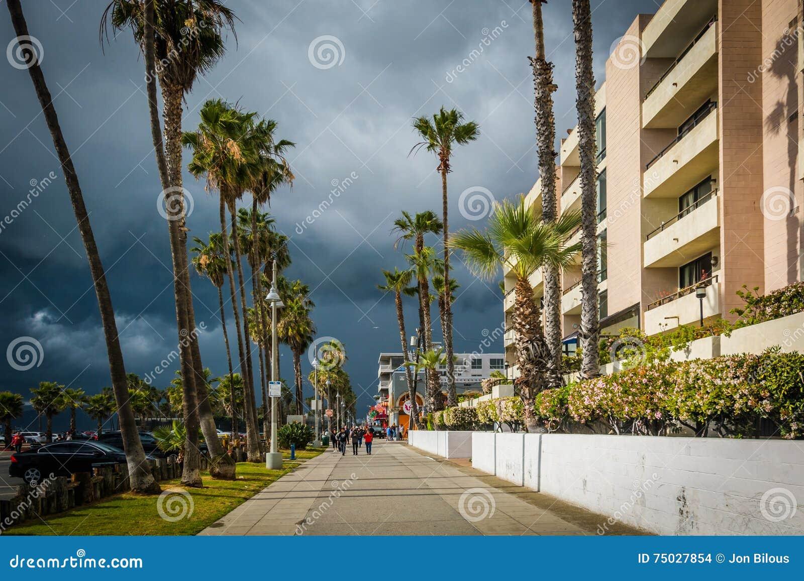 Mörka stormmoln över strandpromenaden i Venedig sätter på land, Los Angele