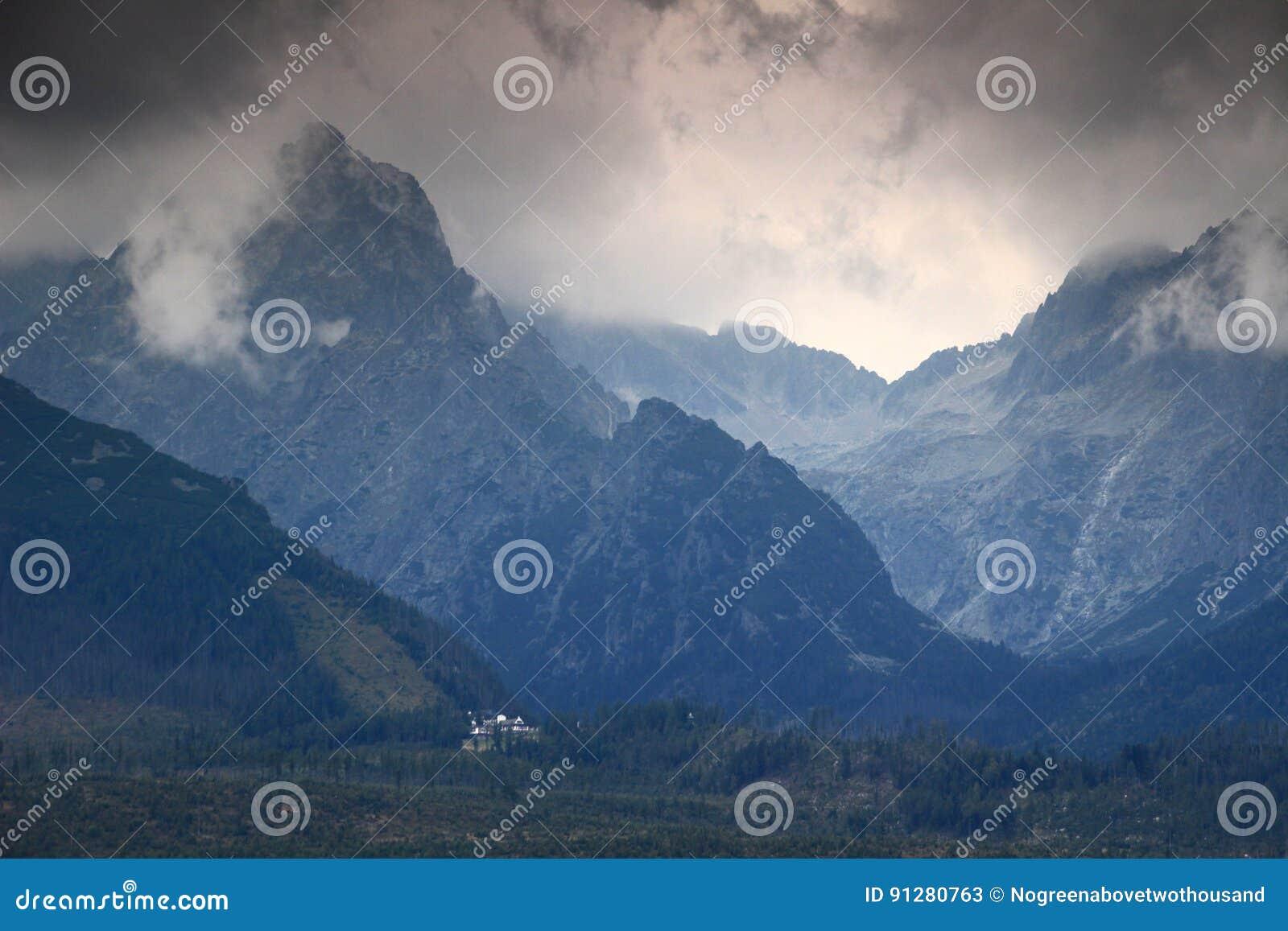 Mörker fördunklar över Prostredny Hreben Ridge och Studena dalar, höga Tatras
