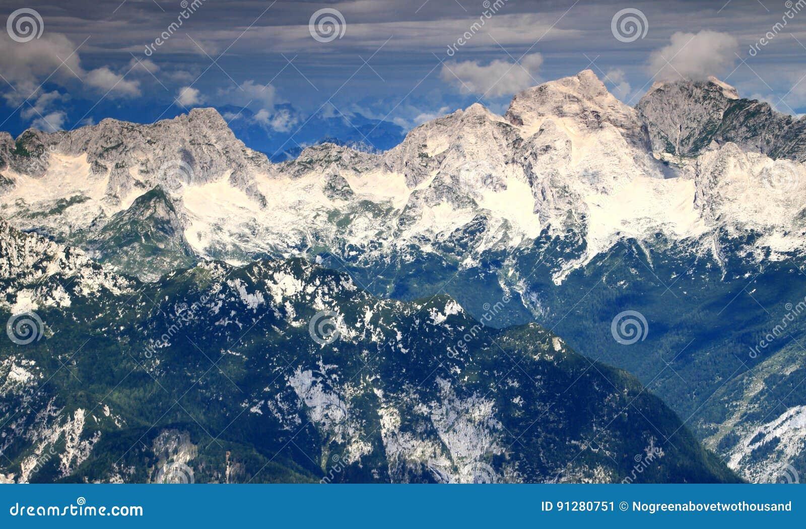 Mörker - gröna pinjeskogar och Jalovec, Mangart maxima, Julian Alps