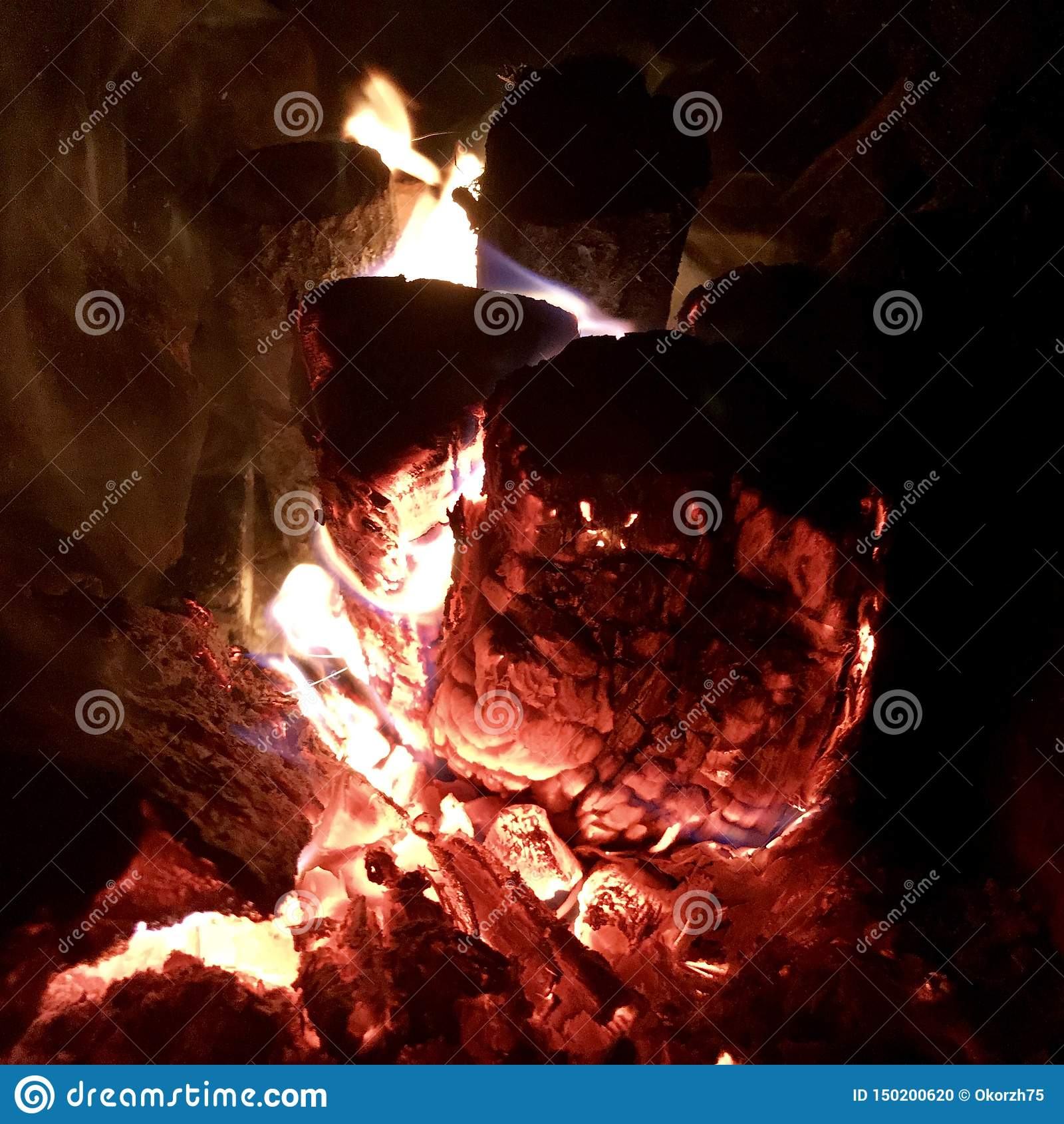 Mörkt svart kol för härligt flammabruntträ