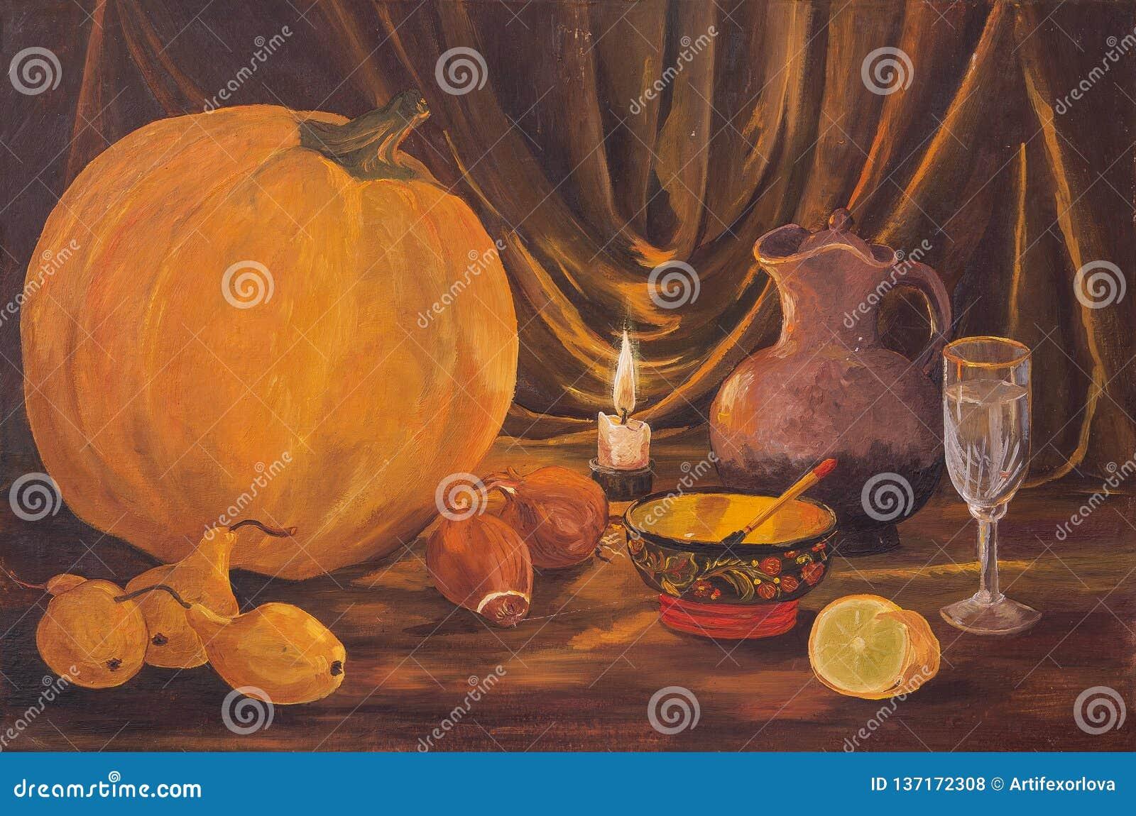 Mörkt tacksägelsebegrepp för höst med pumpor, päronet, lökar, citronen, bunken, vinexponeringsglas, tillbringaren och brinnande s